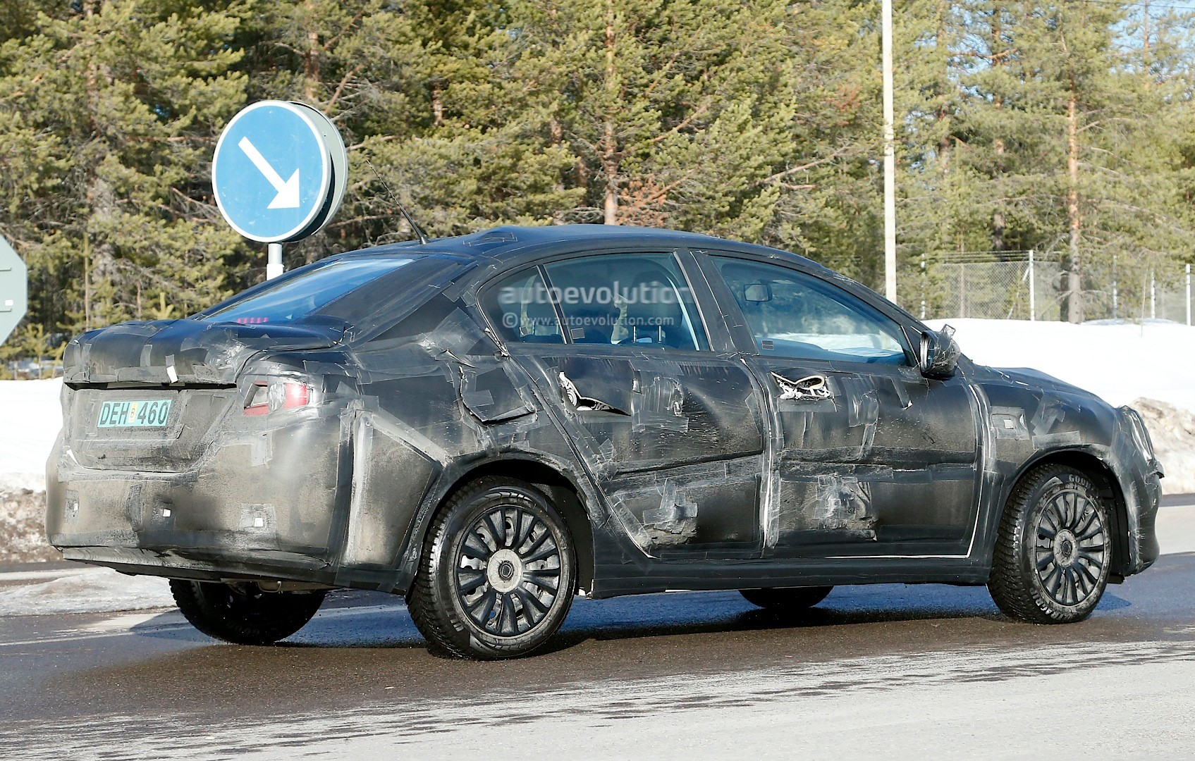 2015 - [Fiat] Tipo sedan Spyshots-all-new-2016-fiat-linea-compact-sedan-spotted-for-the-first-time_7