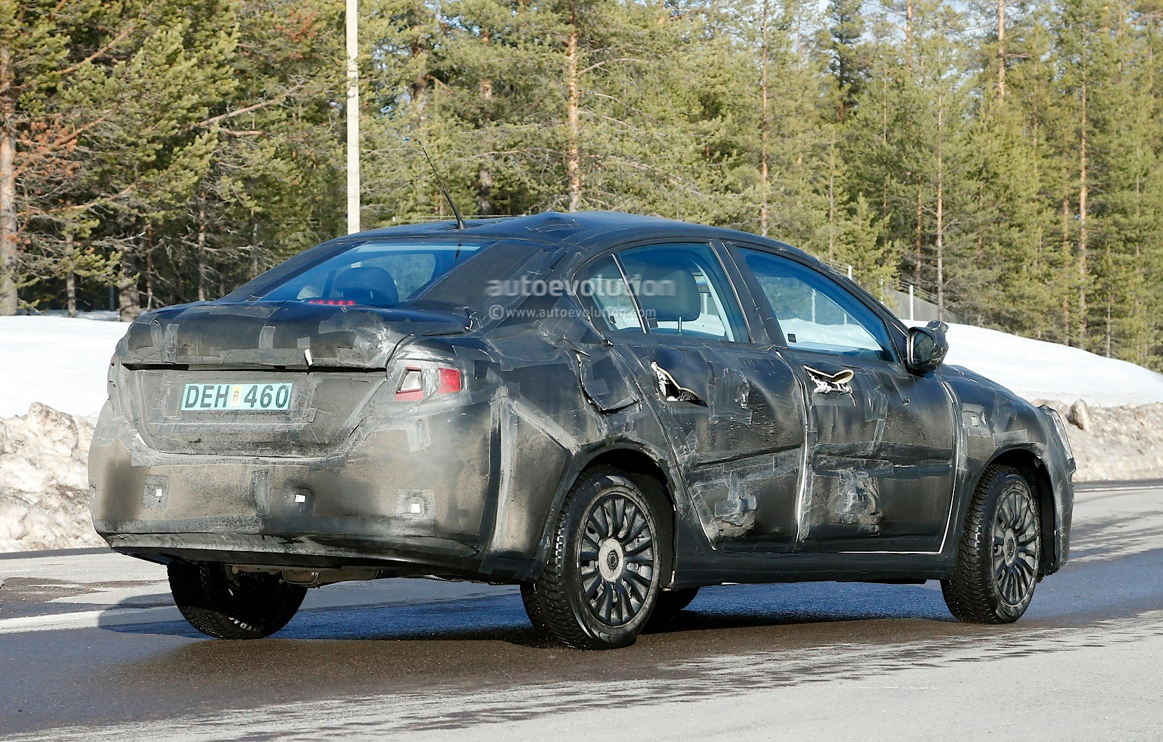 2015 - [Fiat] Tipo sedan Spyshots-all-new-2016-fiat-linea-compact-sedan-spotted-for-the-first-time_8