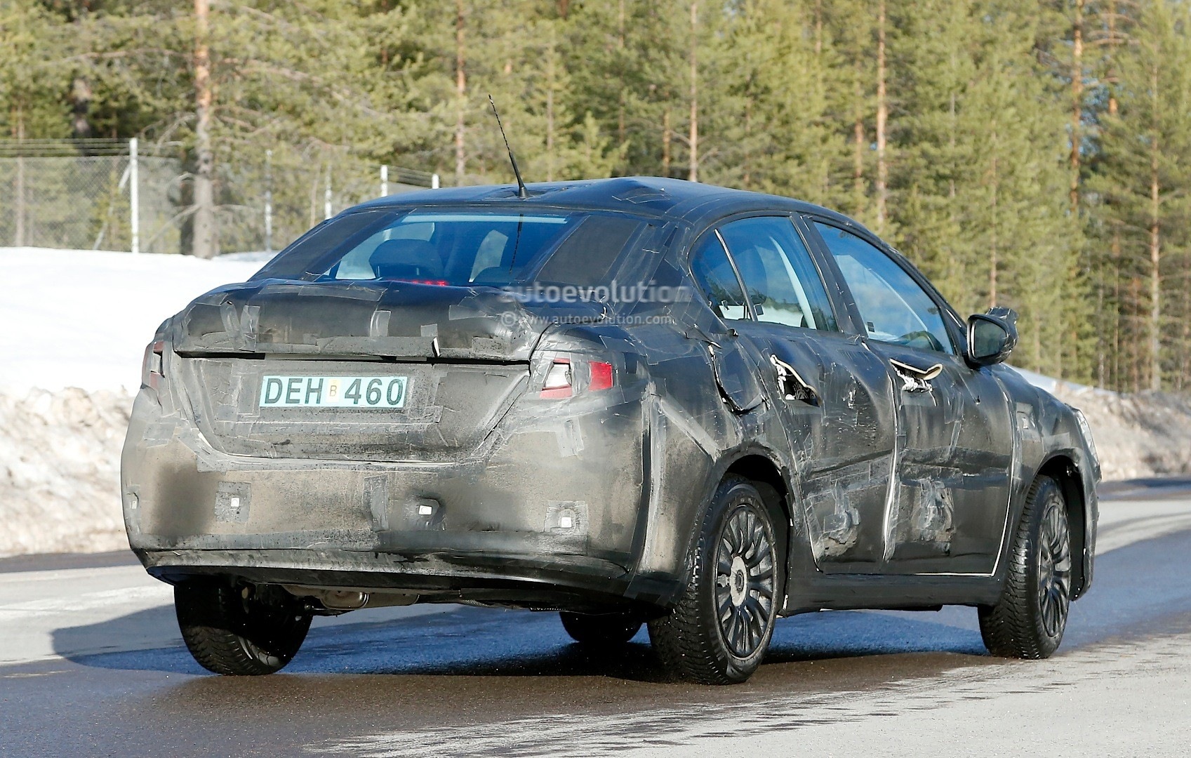 2015 - [Fiat] Tipo sedan Spyshots-all-new-2016-fiat-linea-compact-sedan-spotted-for-the-first-time_9