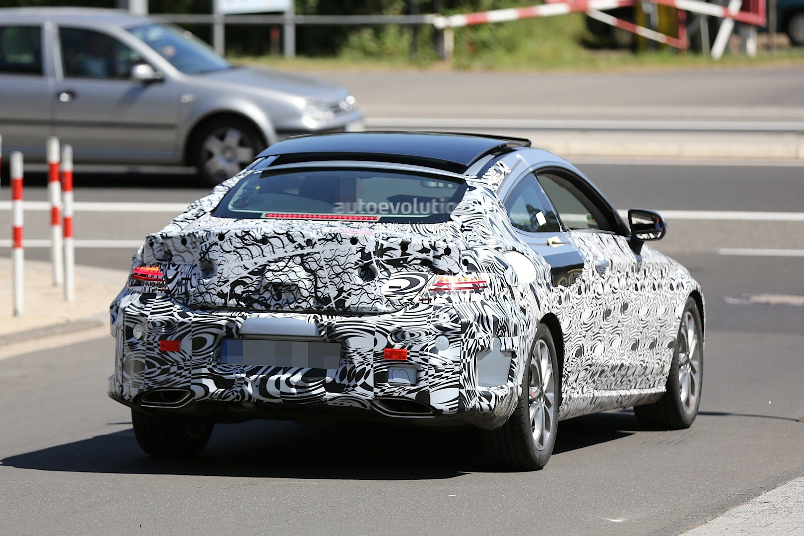 Spyshots all new mercedes c class coupe shows huge for Mercedes benz panoramic roof