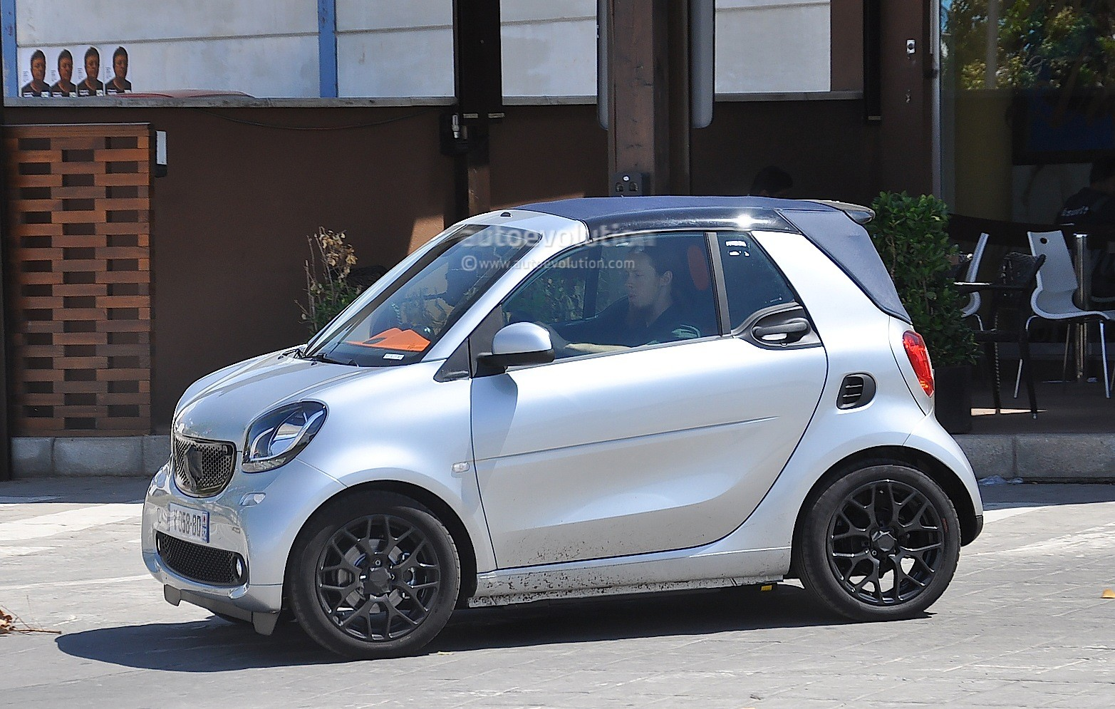 spyshots all new smart fortwo cabrio caught completely undisguised autoevolution. Black Bedroom Furniture Sets. Home Design Ideas
