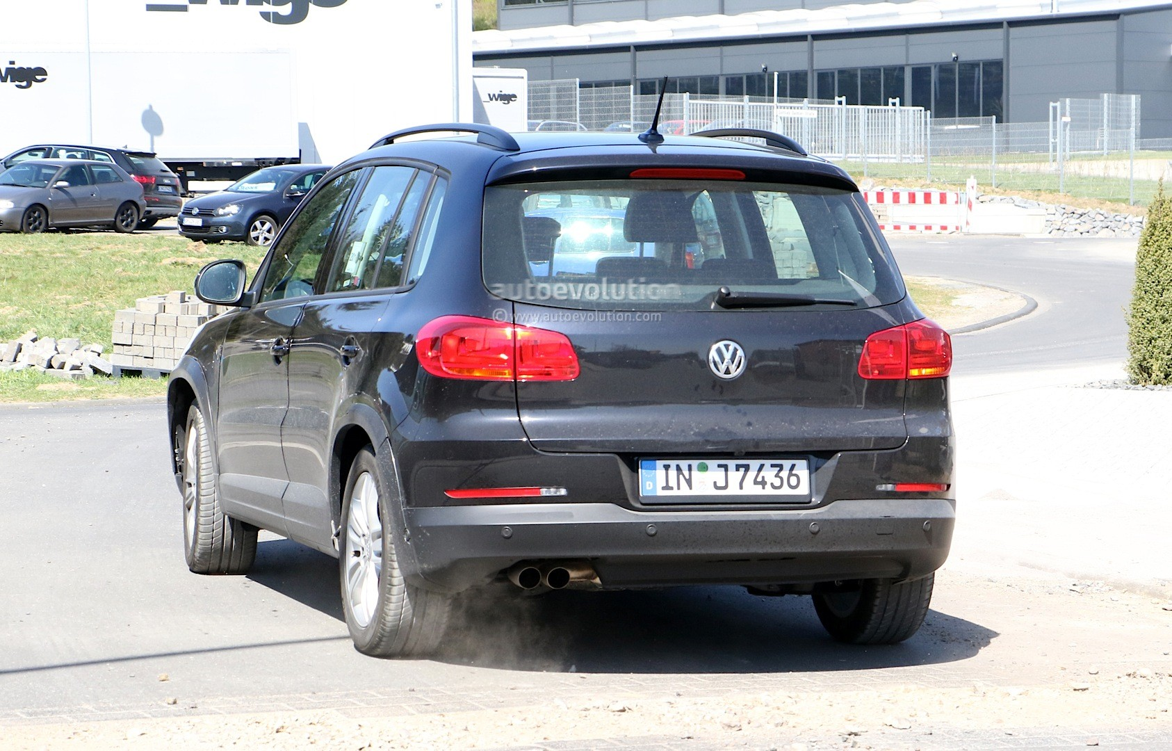 2016 - [Audi] Q2 - Page 6 Spyshots-audi-q1-test-mule-hides-under-volkswagen-tiguan-disguise_7
