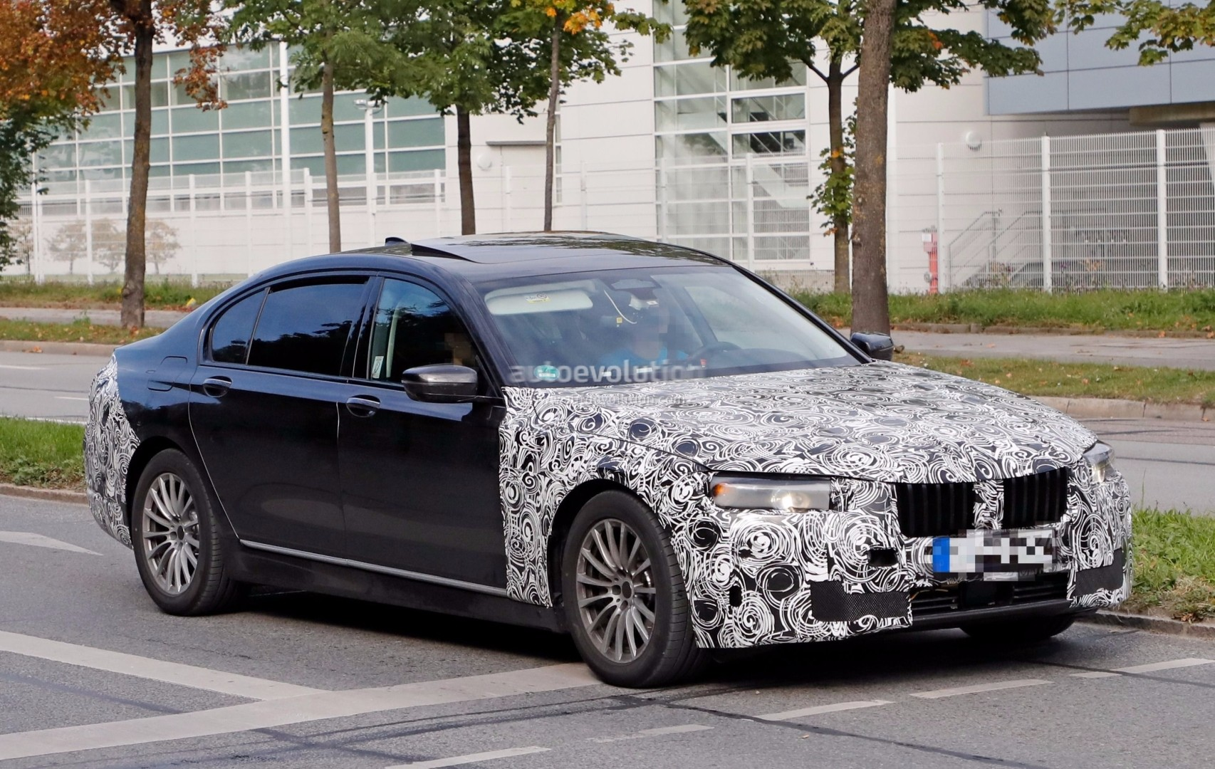 spyshots facelifted bmw 7 series already shows up in german traffic autoevolution. Black Bedroom Furniture Sets. Home Design Ideas