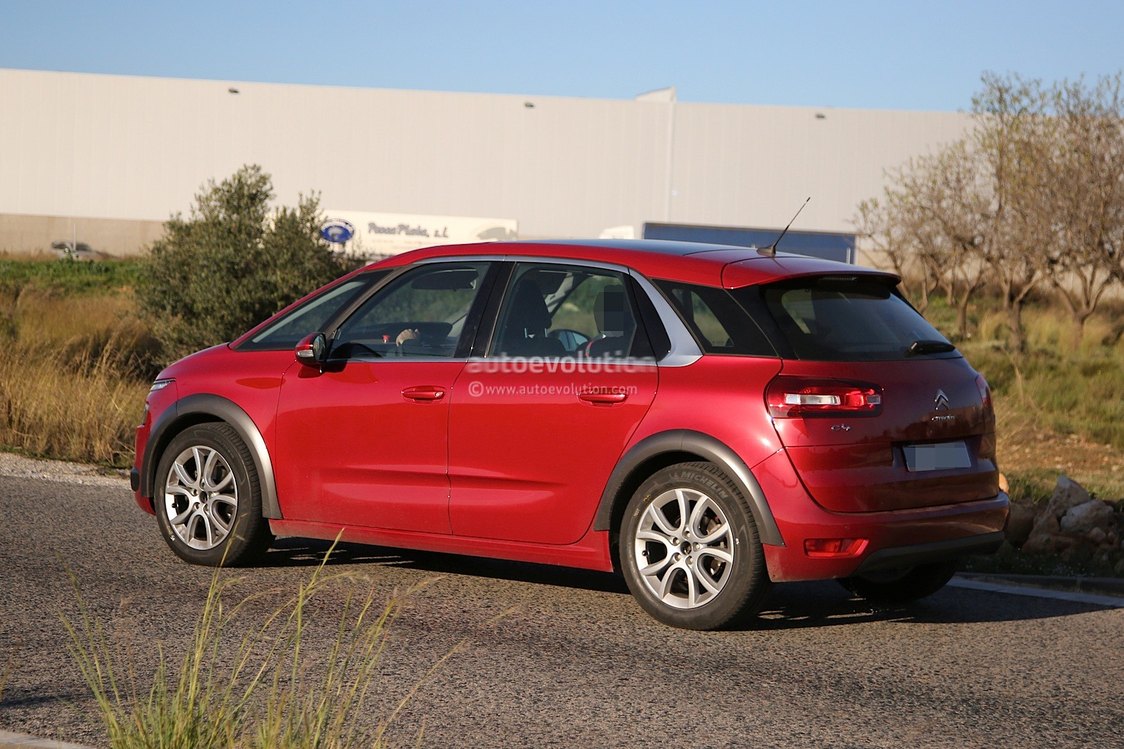 spyshots citroen c4 picasso cross with raised suspension. Black Bedroom Furniture Sets. Home Design Ideas
