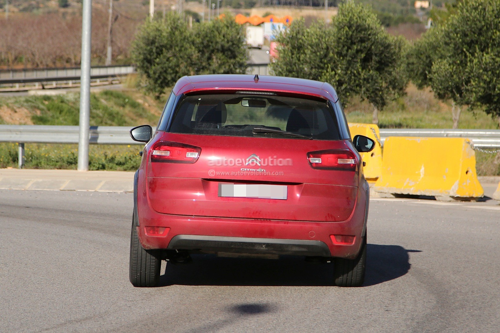 lastcarnews spyshots citroen c4 picasso cross with raised suspension. Black Bedroom Furniture Sets. Home Design Ideas