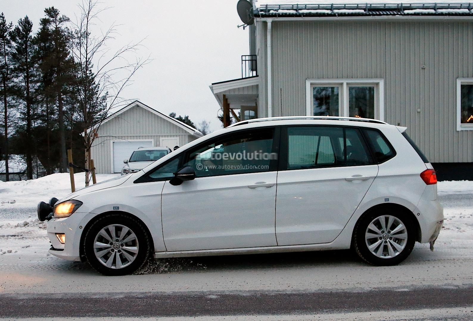 spyshots golf sportsvan readies for 2014 launch autoevolution. Black Bedroom Furniture Sets. Home Design Ideas