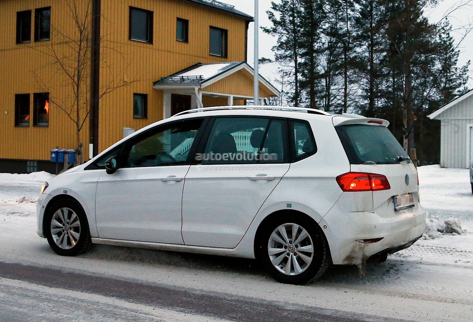 Spyshots: Golf Sportsvan Readies for 2014 Launch - autoevolution