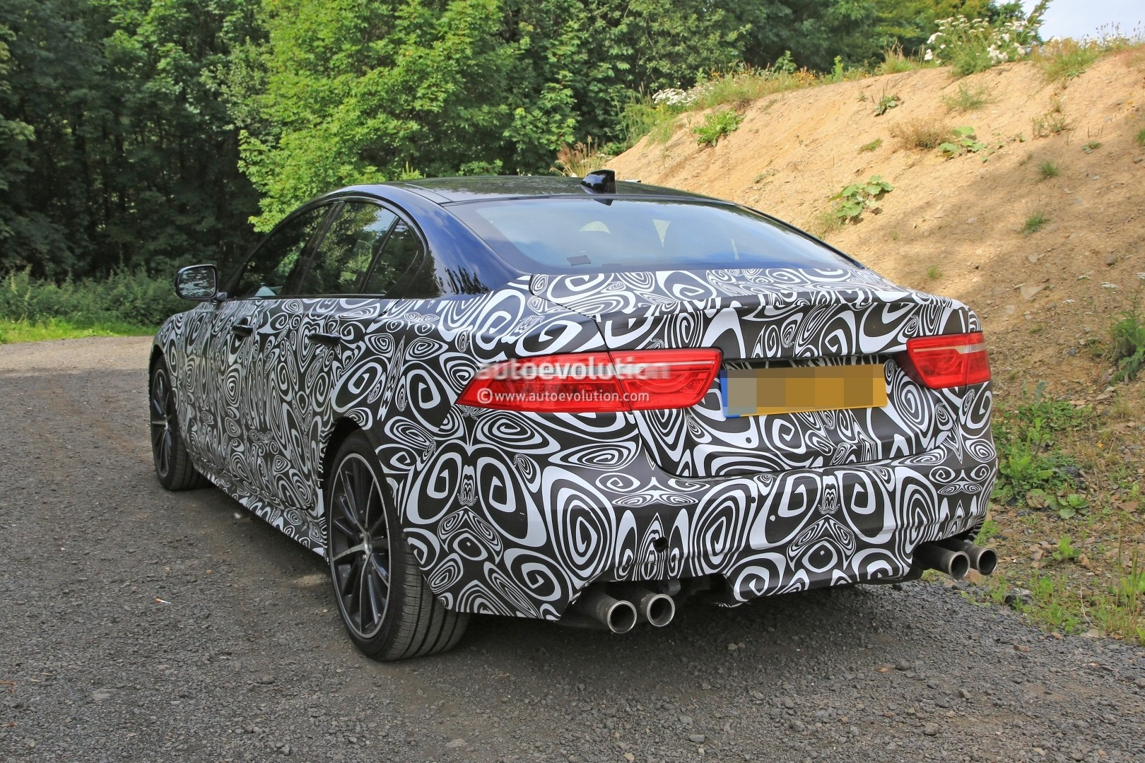 spyshots jaguar xe svr has big brakes gaping exhaust and over 500 hp for sure autoevolution. Black Bedroom Furniture Sets. Home Design Ideas