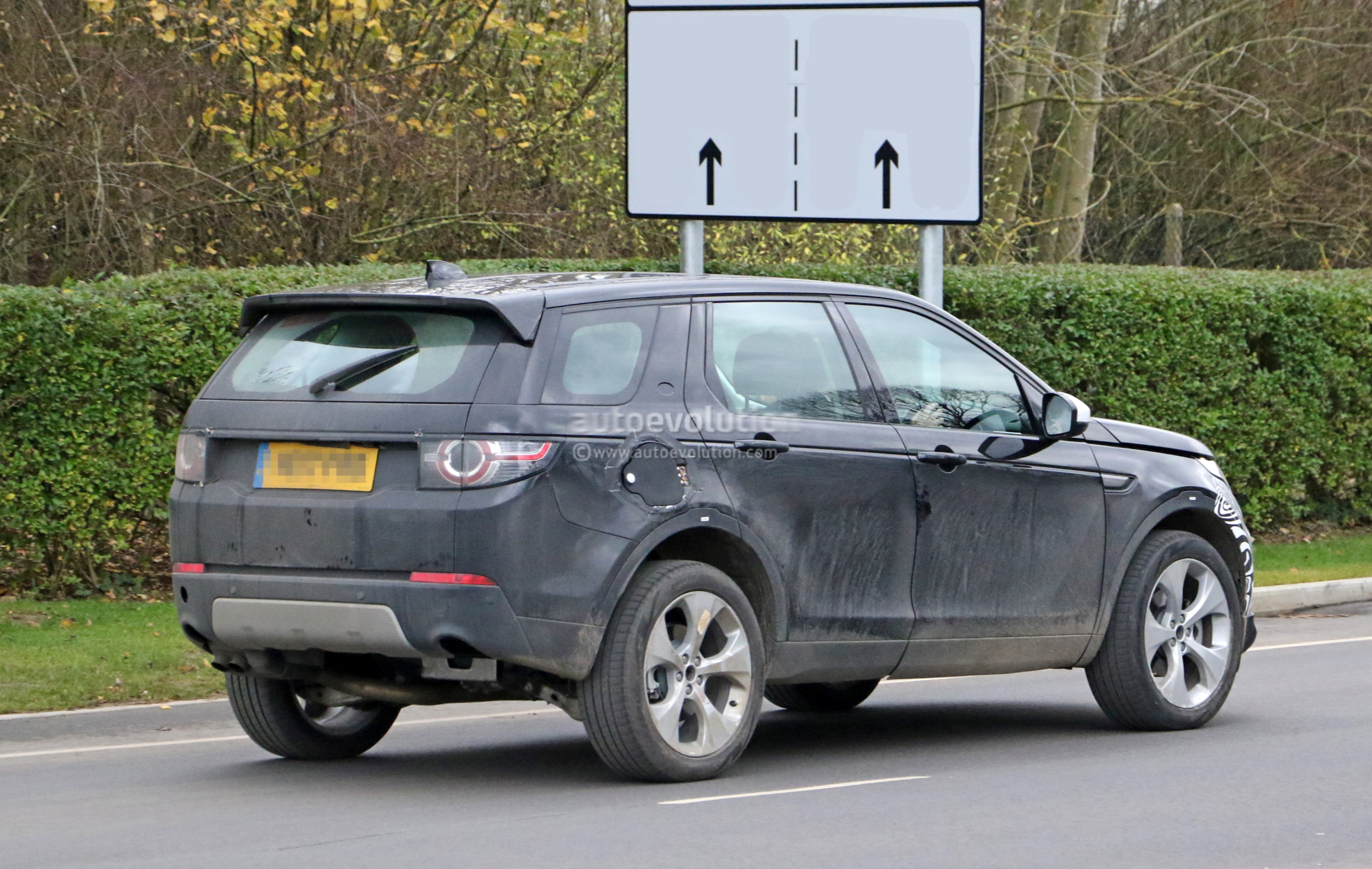 spyshots 2019 land rover discovery sport has makeshift fuel filler door autoevolution. Black Bedroom Furniture Sets. Home Design Ideas