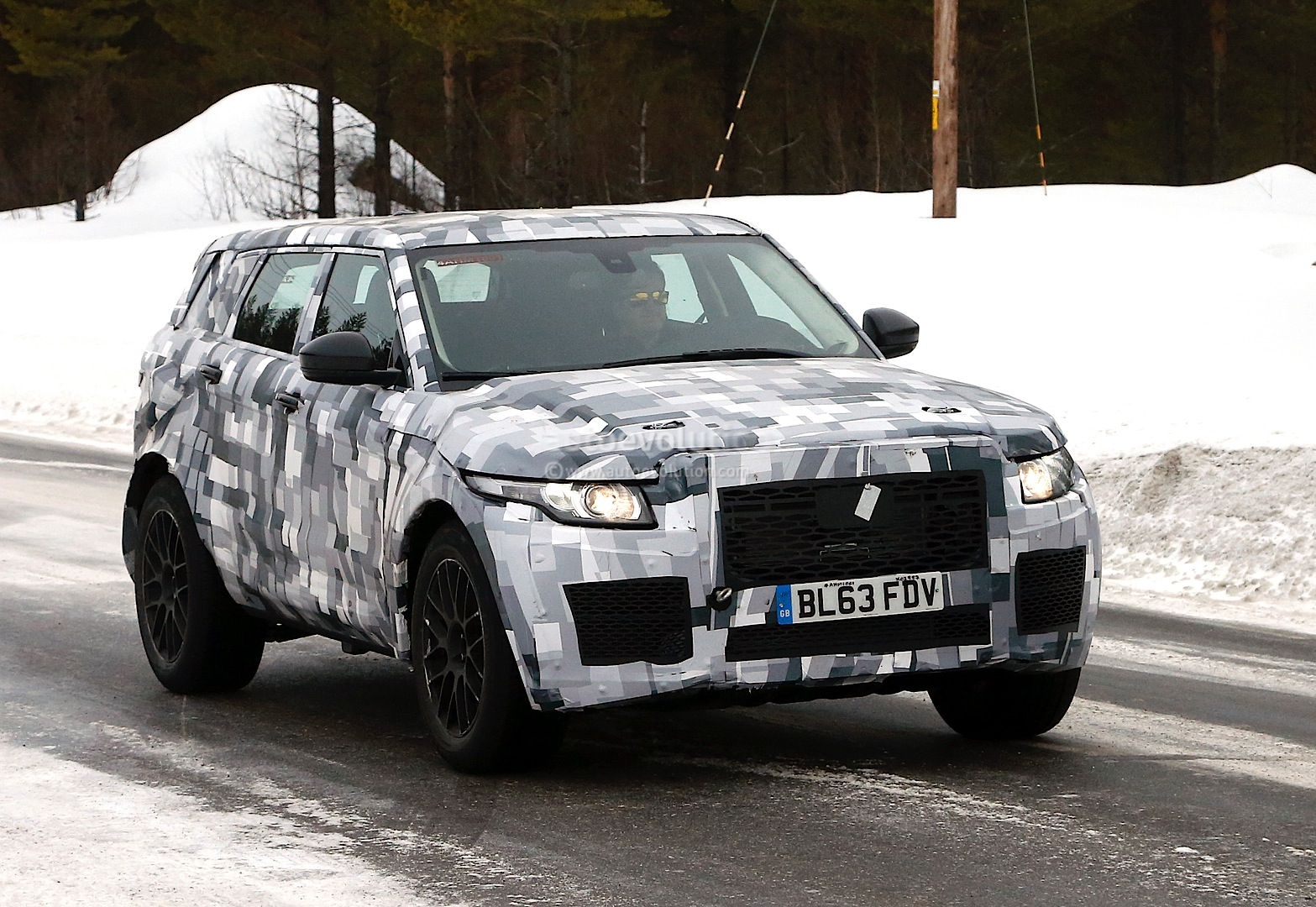 Land Rover Defender Mule >> Spyshots: Land Rover Surprises us With Odd Mule [Photo Gallery] [Updated] - autoevolution