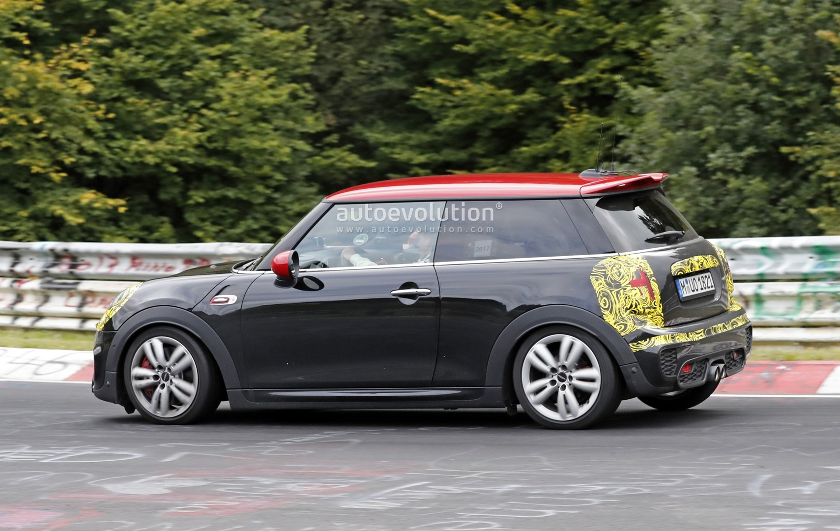 spyshots mini john cooper works hatch facelift looking to add power autoevolution. Black Bedroom Furniture Sets. Home Design Ideas