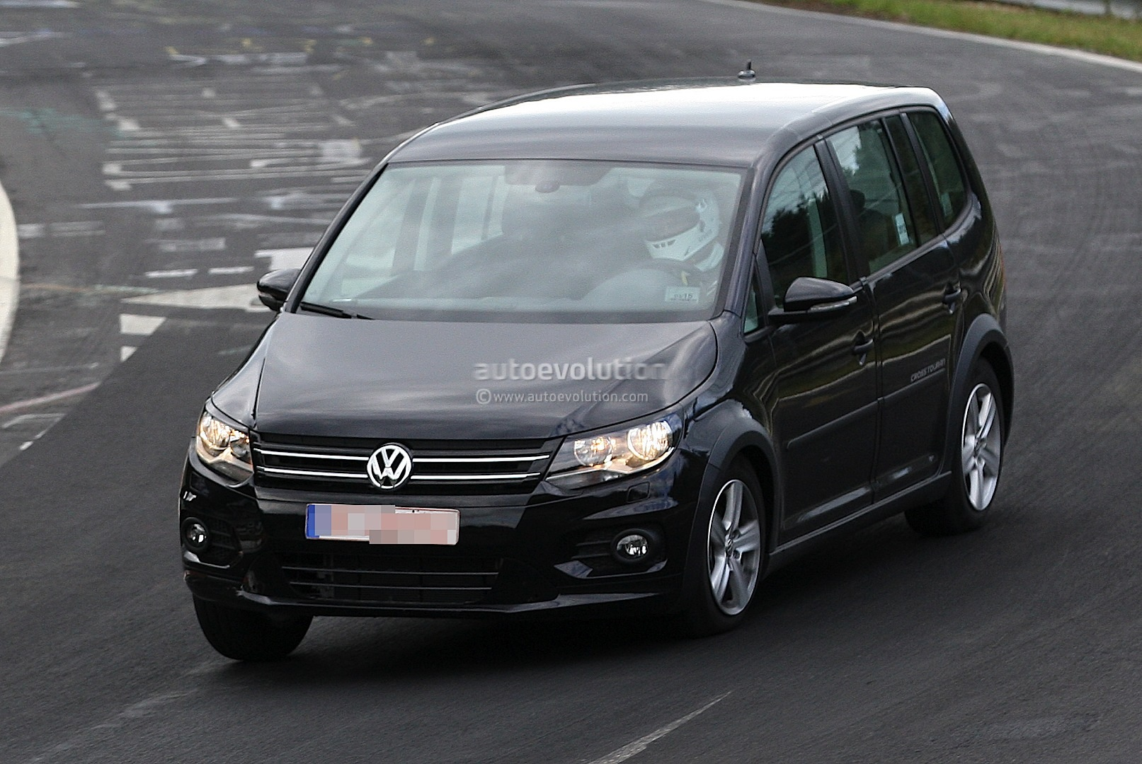 spyshots new volkswagen touran crosstouran autoevolution. Black Bedroom Furniture Sets. Home Design Ideas