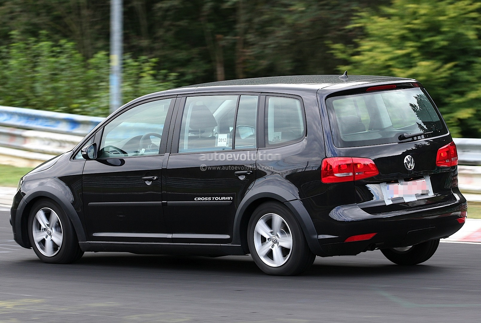 spyshots new volkswagen touran crosstouran autoevolution. Black Bedroom Furniture Sets. Home Design Ideas