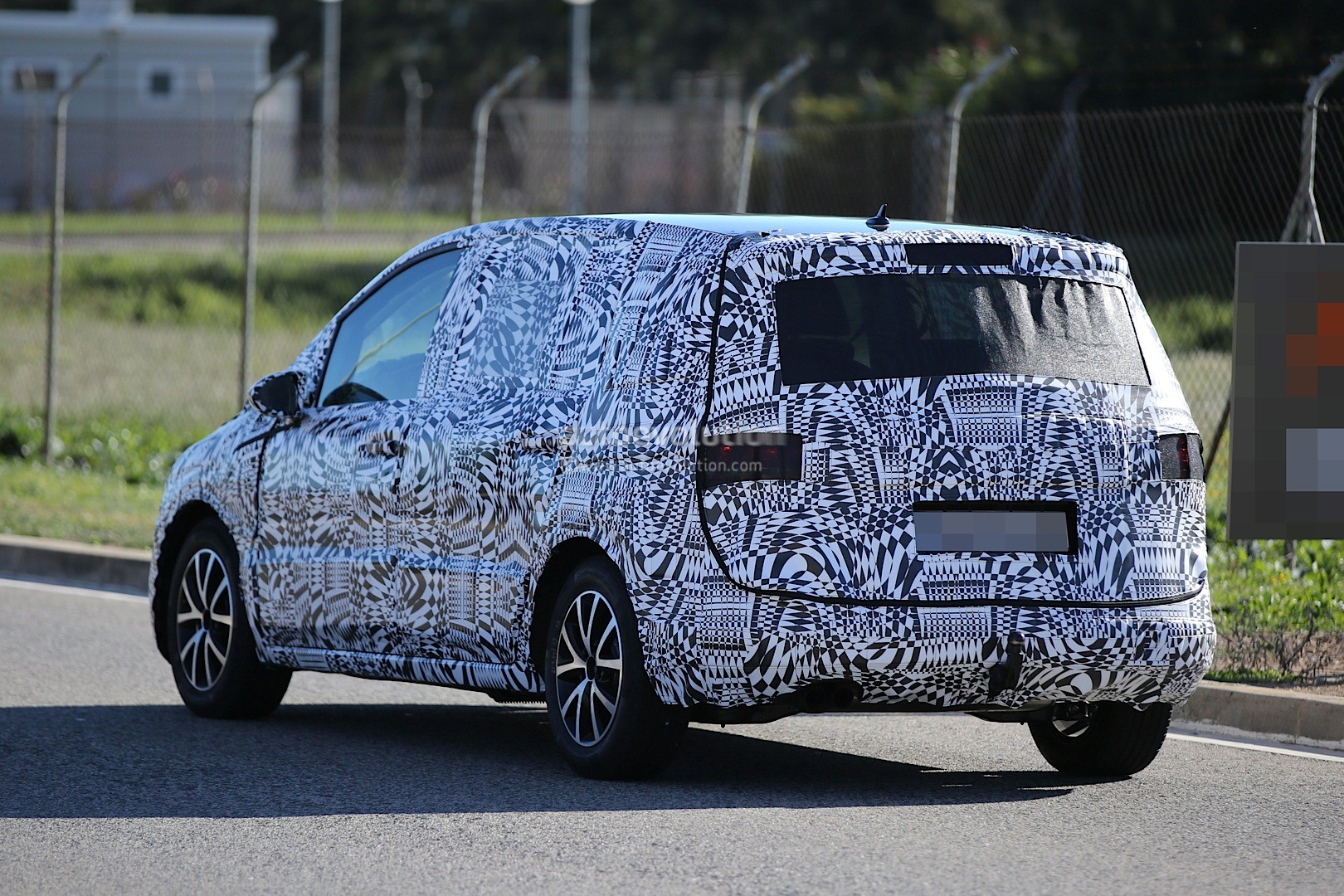 2015 - [Volkswagen] Touran - Page 3 Spyshots-new-volkswagen-touran-seen-testing-in-souther-europe_12
