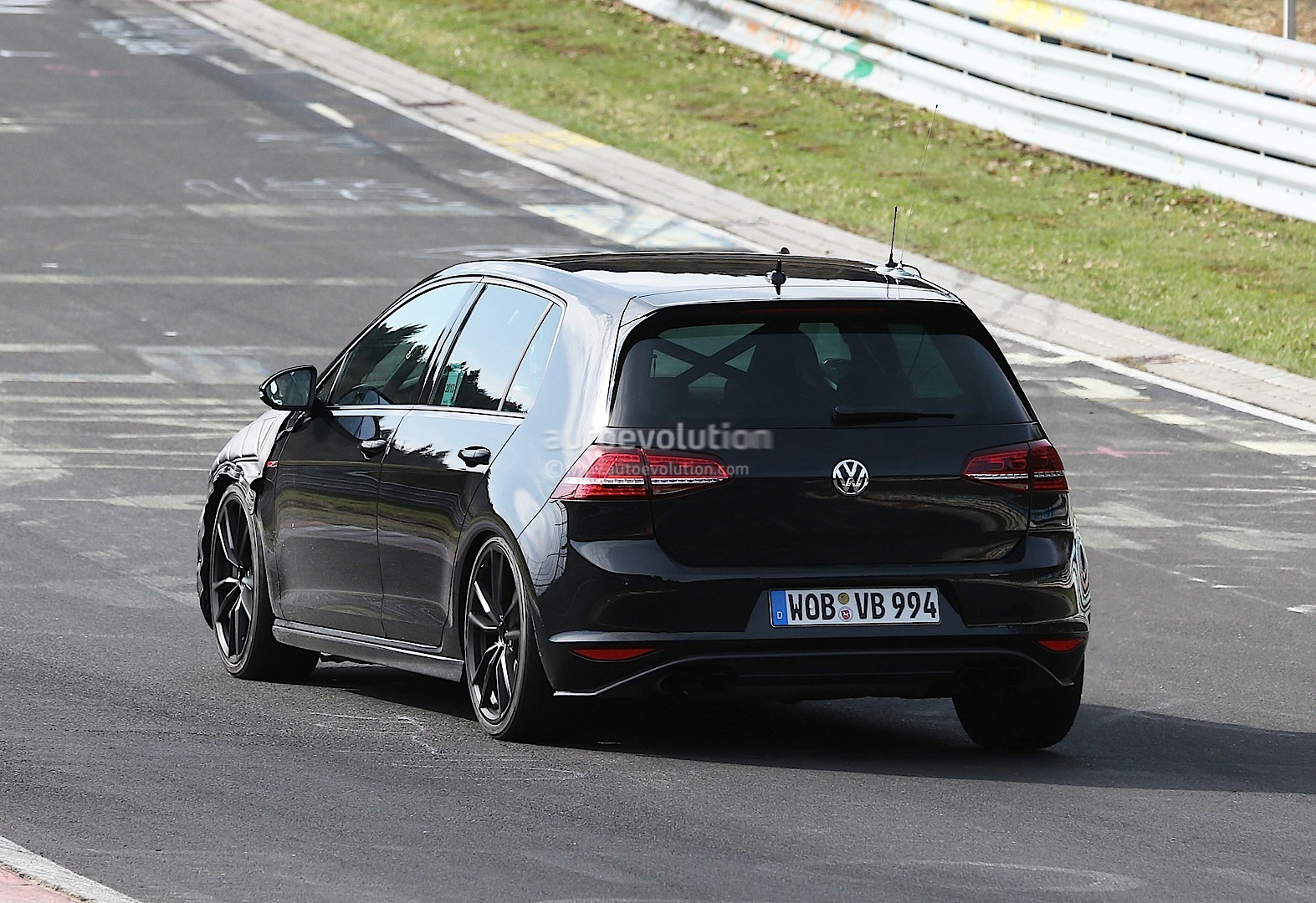 spyshots new vw golf r tipped to produced 300 hp autoevolution. Black Bedroom Furniture Sets. Home Design Ideas