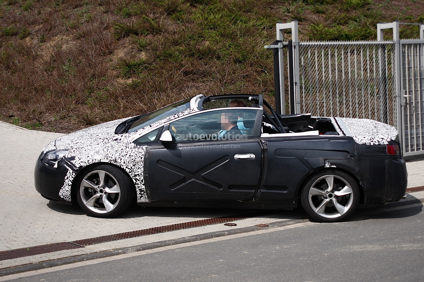 Spyshots opel astra convertible caught with no roof autoevolution