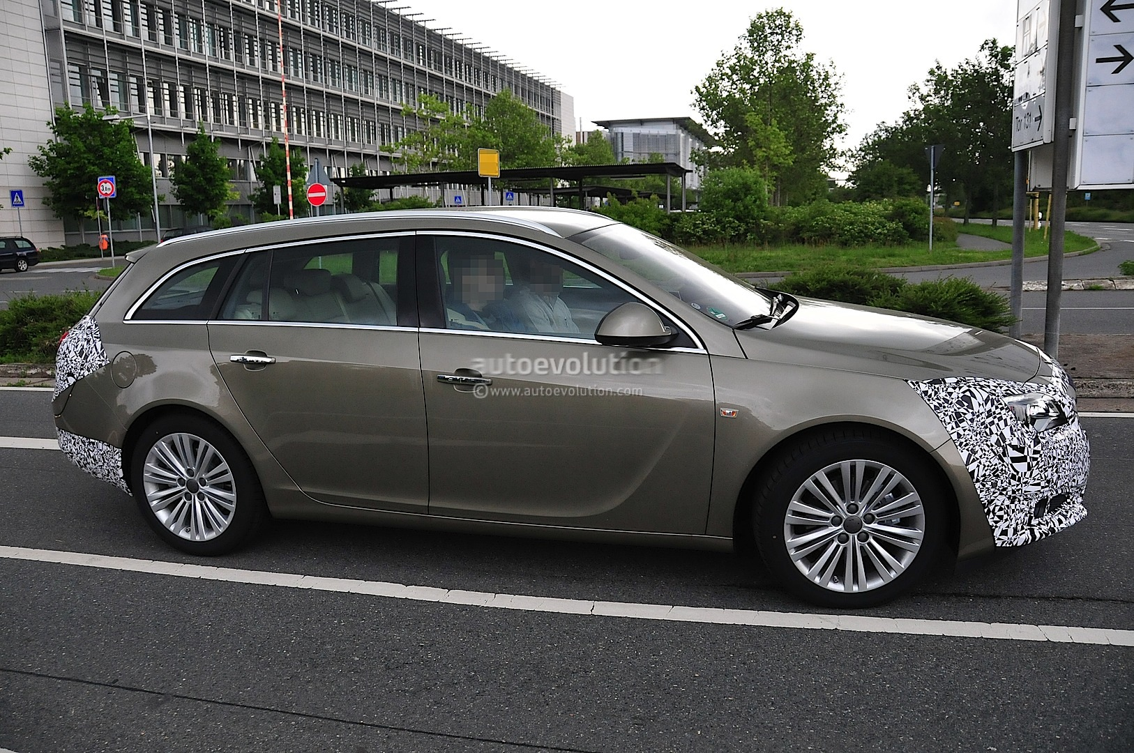 spyshots opel insignia facelift loses some camo. Black Bedroom Furniture Sets. Home Design Ideas
