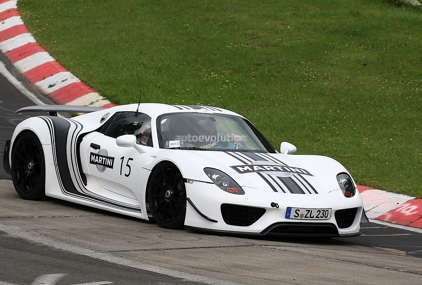 spyshots porsche 918 spyder in martini racing stripes autoevolution. Black Bedroom Furniture Sets. Home Design Ideas