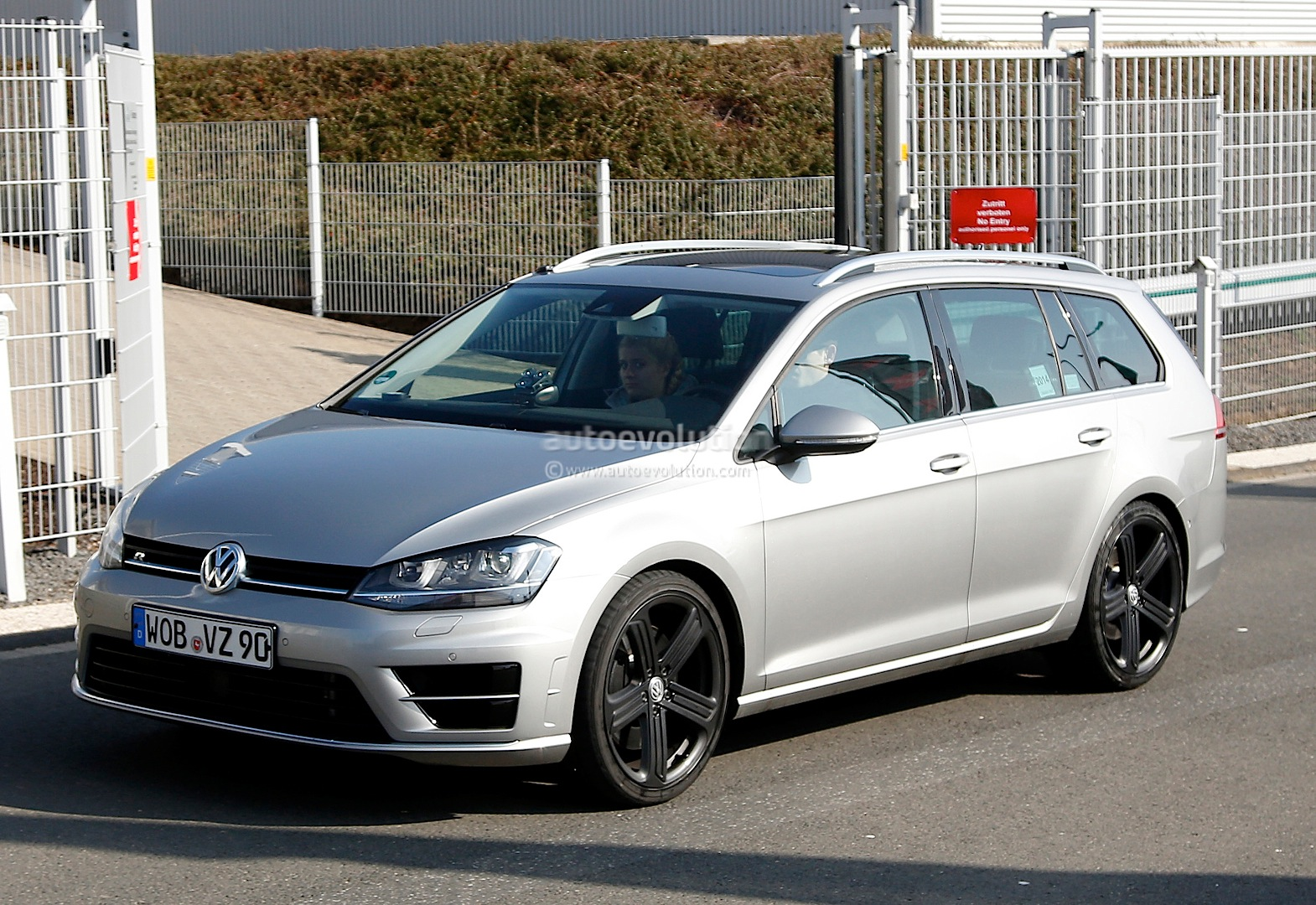 Spyshots: Volkswagen Golf R Estate - autoevolution