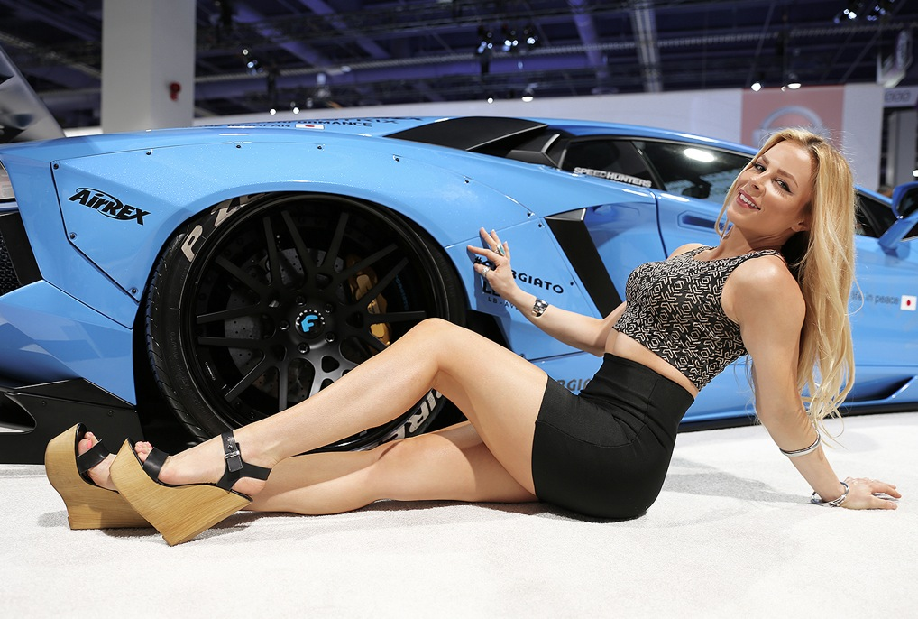 The Cars And Girls Of Sema At Forgiato S Booth Autoevolution