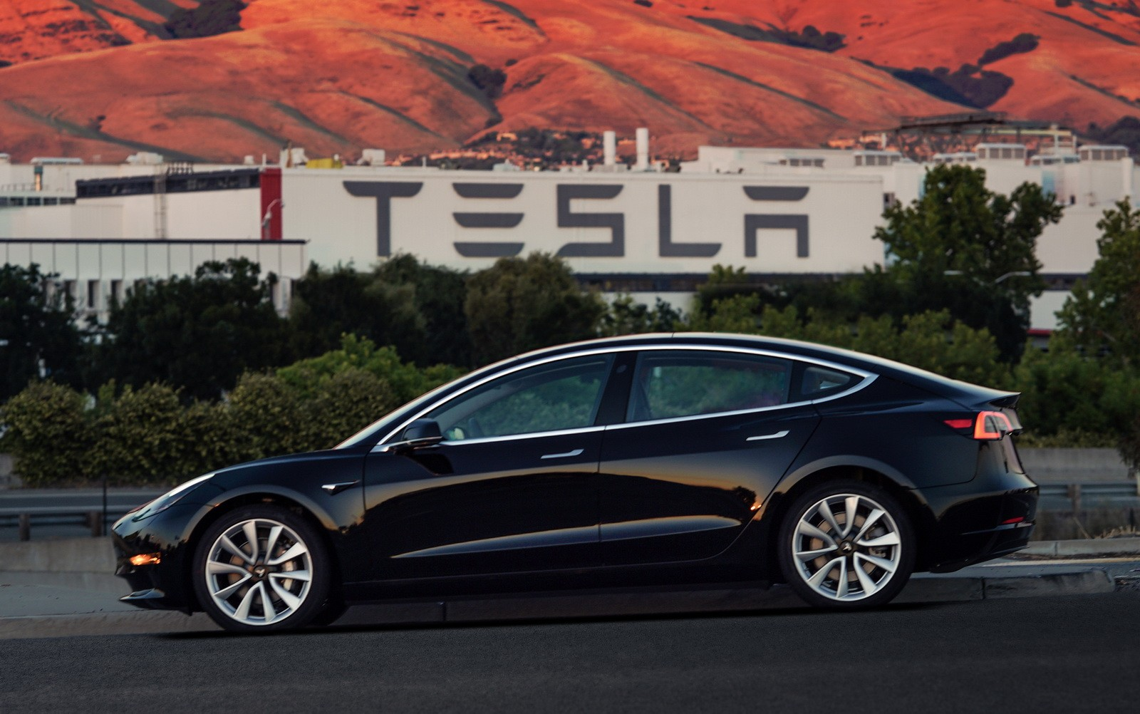 the first tesla model 3 deliveries reveal 310 mile range and other details autoevolution. Black Bedroom Furniture Sets. Home Design Ideas