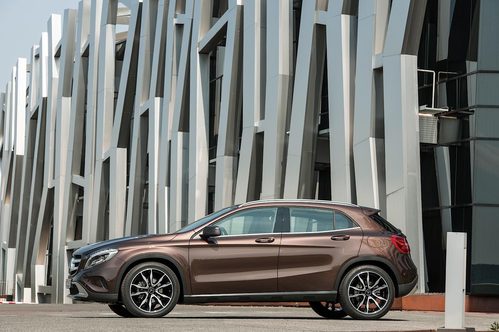 The gla gets odd sensations sculptural commercial in for Mercedes benz france