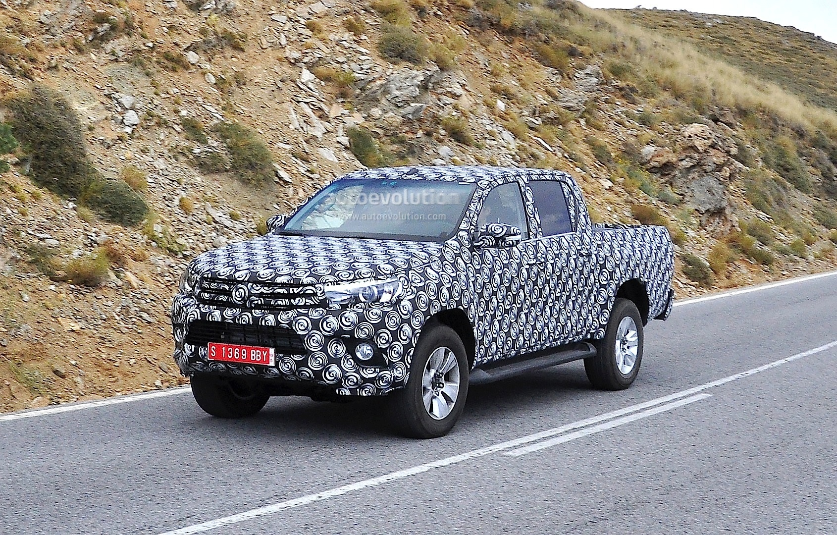 2015 - [Toyota] Hilux The-next-toyota-hilux-rolling-in-europe-closer-shots_2