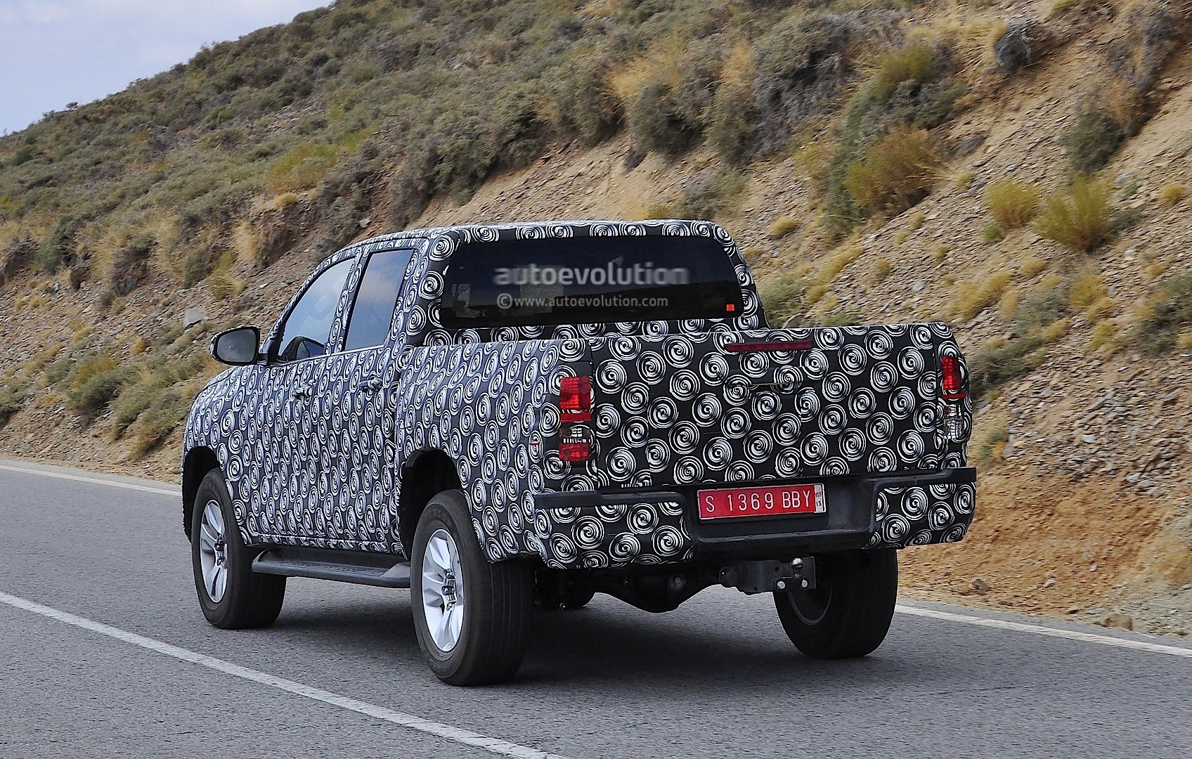 2015 - [Toyota] Hilux The-next-toyota-hilux-rolling-in-europe-closer-shots_7