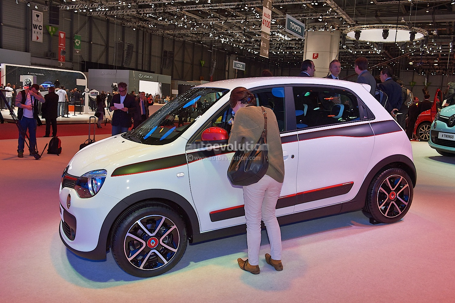 this is what the new renault twingo 39 s engine looks like. Black Bedroom Furniture Sets. Home Design Ideas