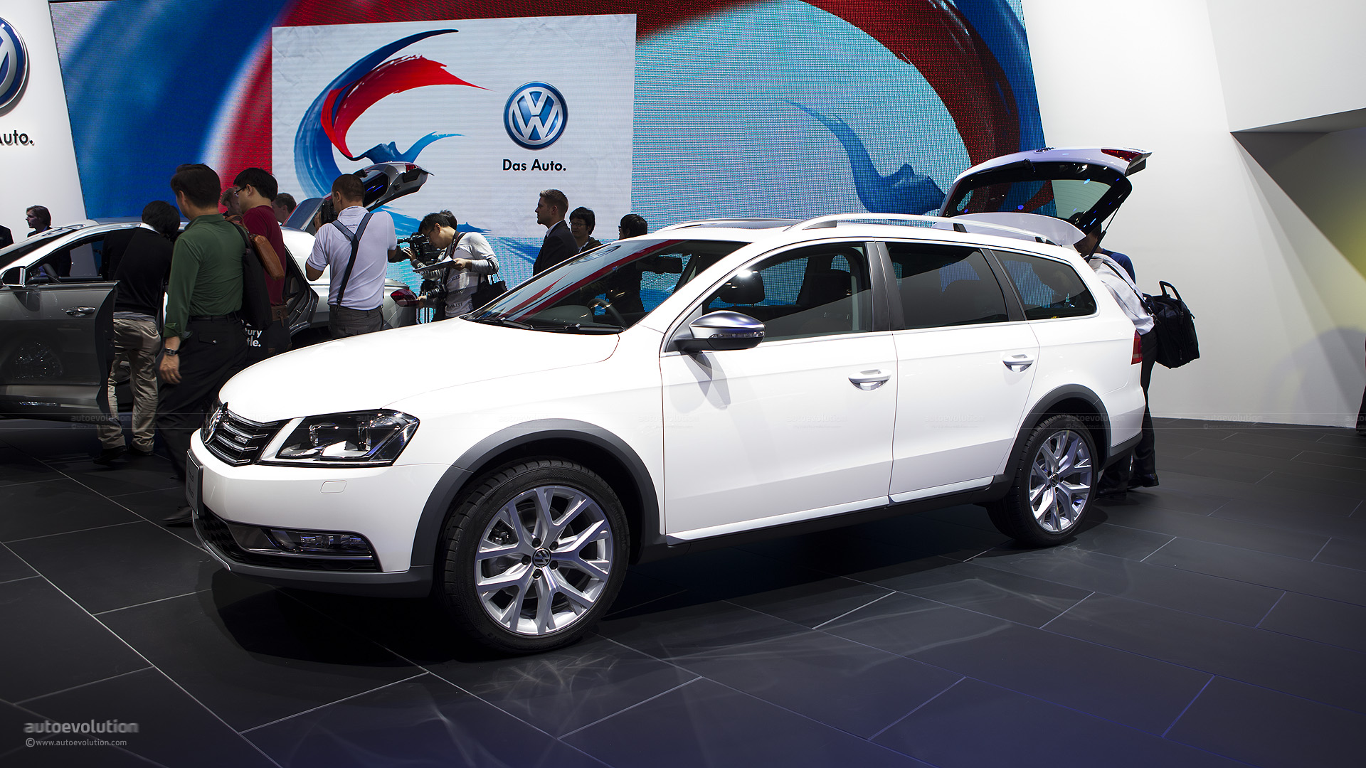 tokyo 2011 volkswagen passat alltrack live photos autoevolution. Black Bedroom Furniture Sets. Home Design Ideas