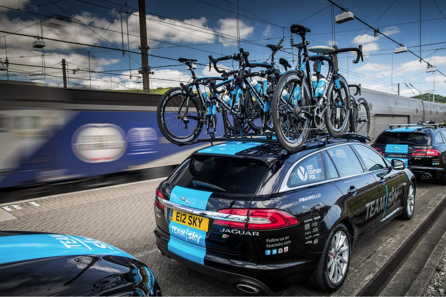 tour de france champ chris froome becomes the first to cycle in eurotunnel autoevolution. Black Bedroom Furniture Sets. Home Design Ideas