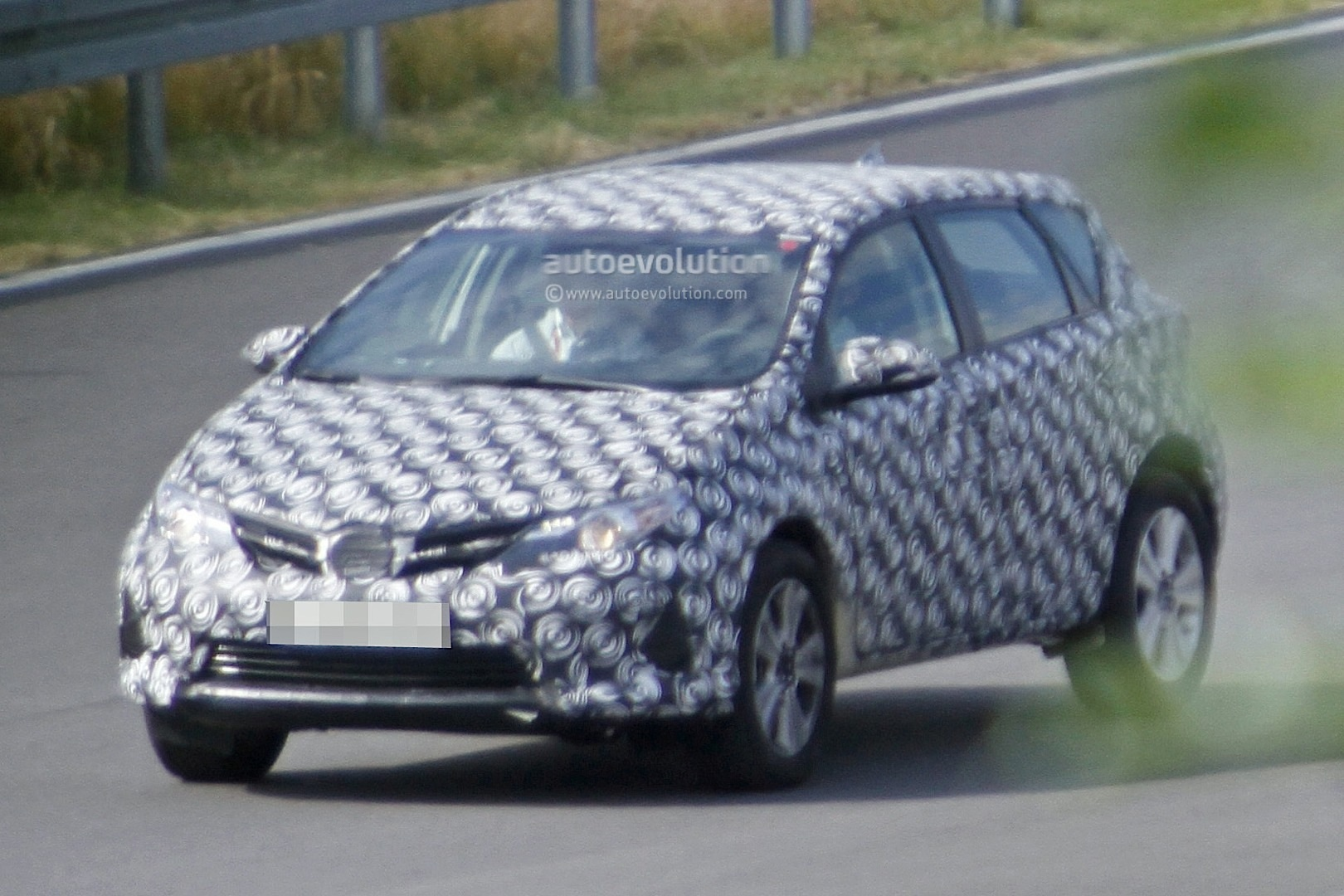 2020 - [Toyota] Auris SUV Toyota-auris-cross-introduces-itself-in-first-spyshots-touring-sports-cross-might-follow_1