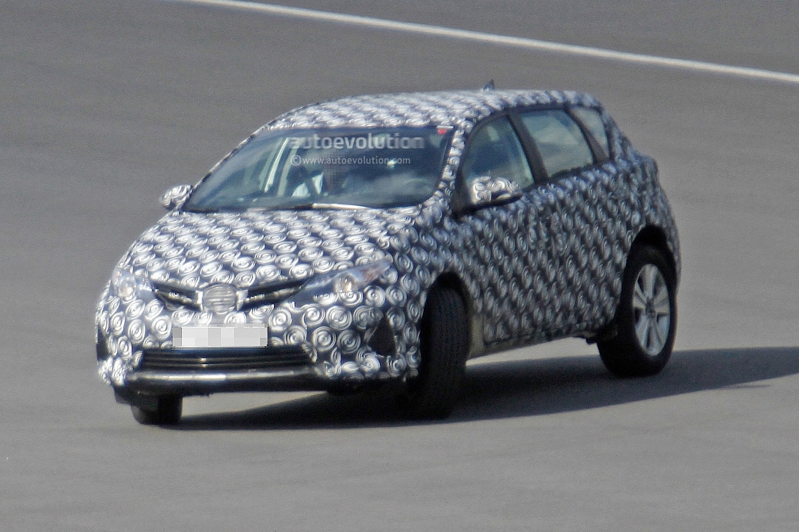 2020 - [Toyota] Auris SUV Toyota-auris-cross-introduces-itself-in-first-spyshots-touring-sports-cross-might-follow_2