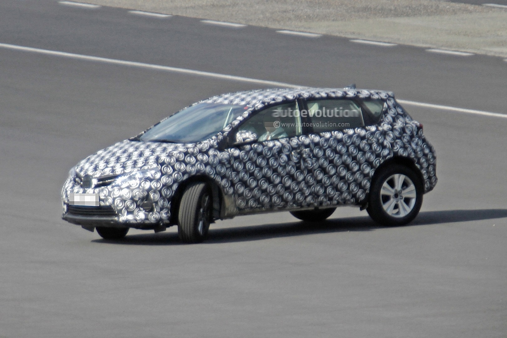 2020 - [Toyota] Auris SUV Toyota-auris-cross-introduces-itself-in-first-spyshots-touring-sports-cross-might-follow_3