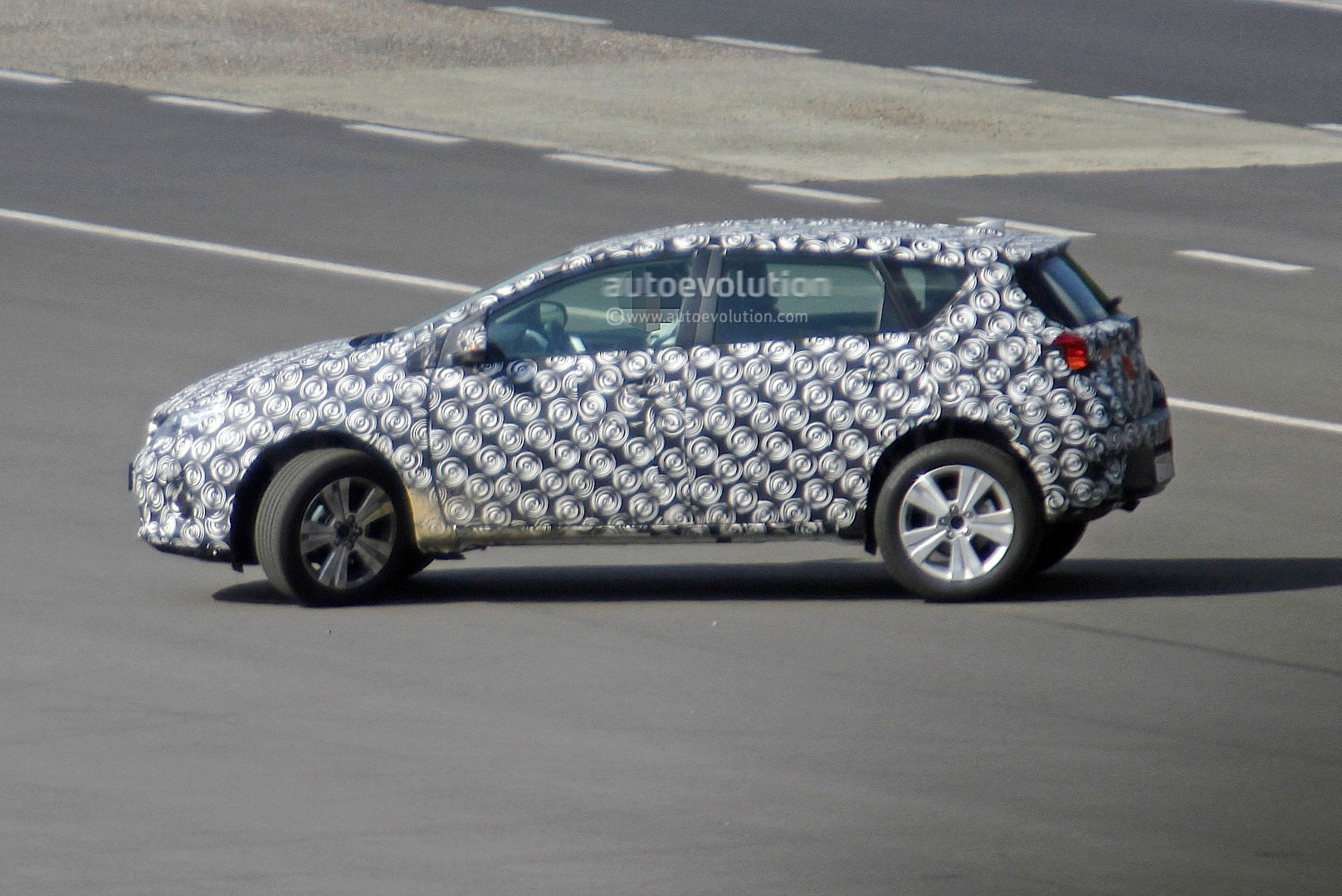 2020 - [Toyota] Auris SUV Toyota-auris-cross-introduces-itself-in-first-spyshots-touring-sports-cross-might-follow_4