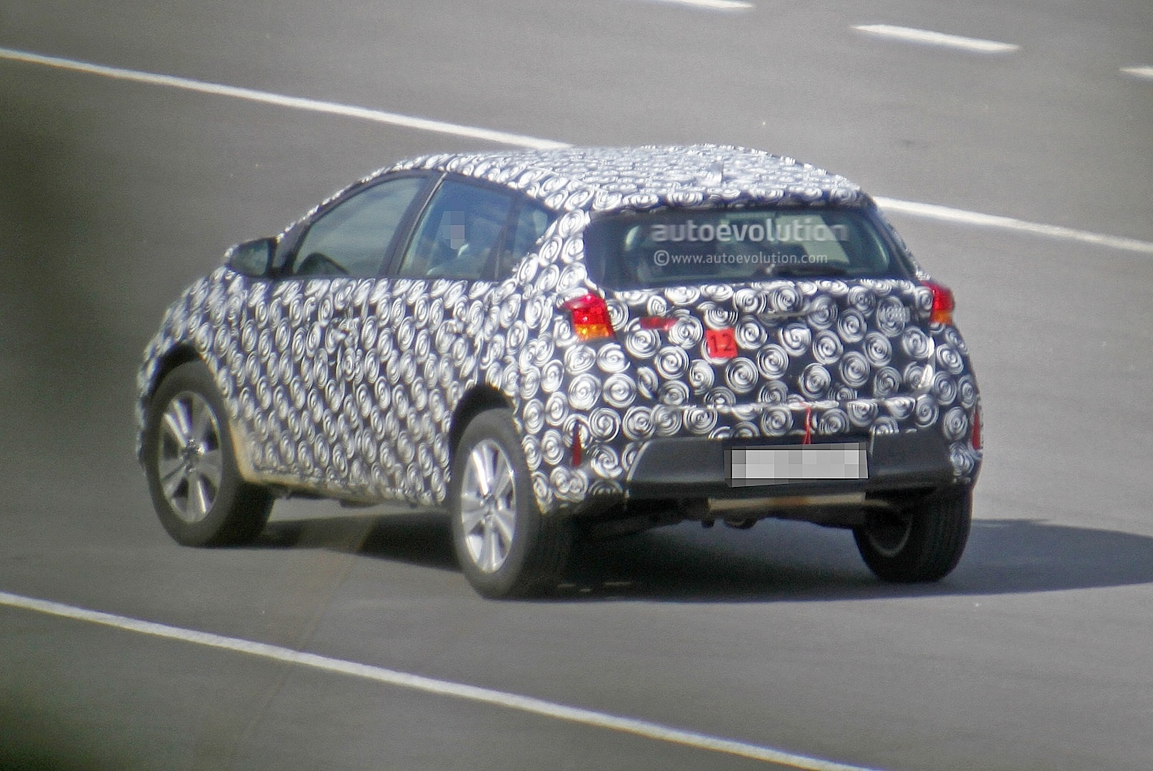 2020 - [Toyota] Auris SUV Toyota-auris-cross-introduces-itself-in-first-spyshots-touring-sports-cross-might-follow_5