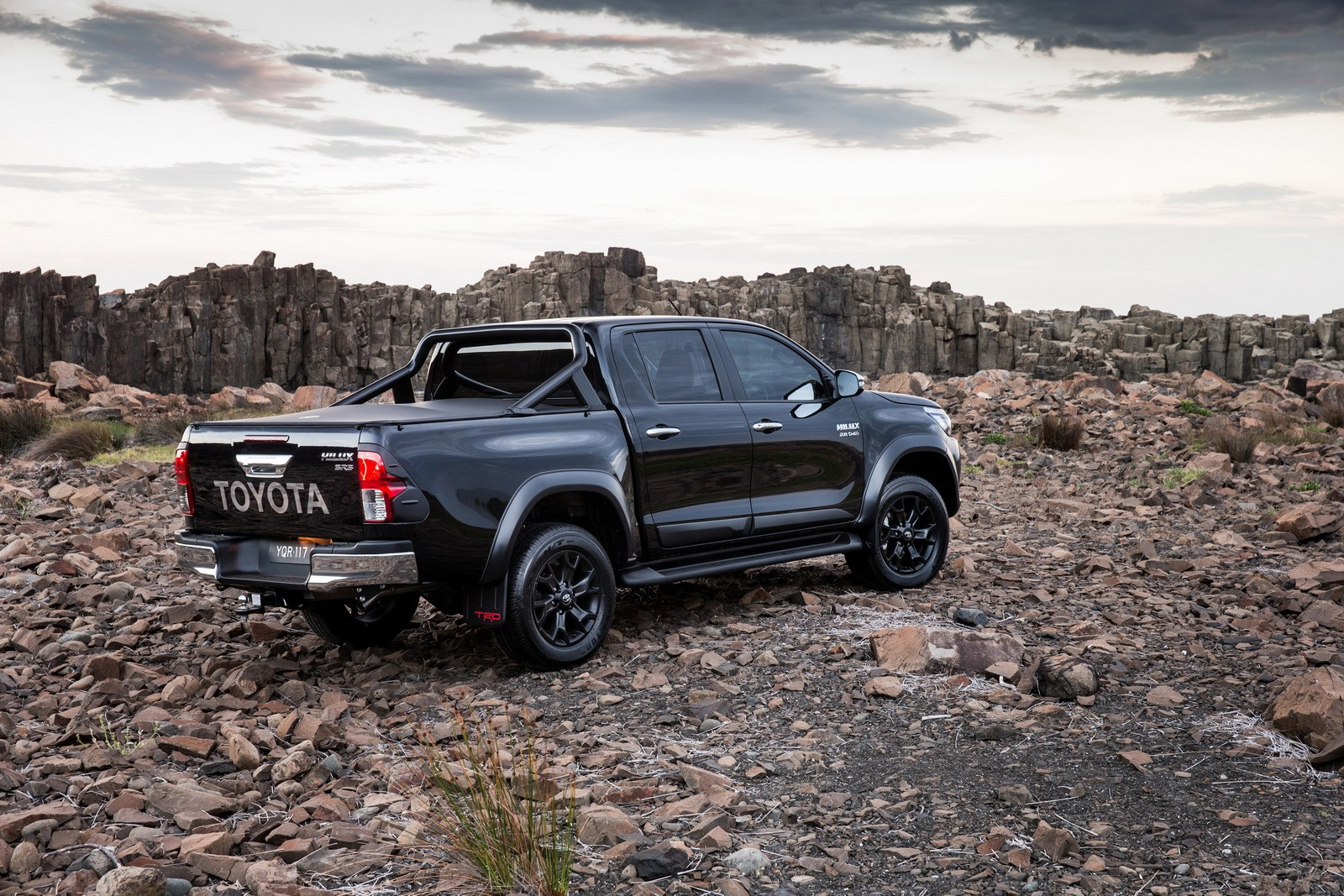 killing a toyota hilux the arabian style autoevolution. Black Bedroom Furniture Sets. Home Design Ideas