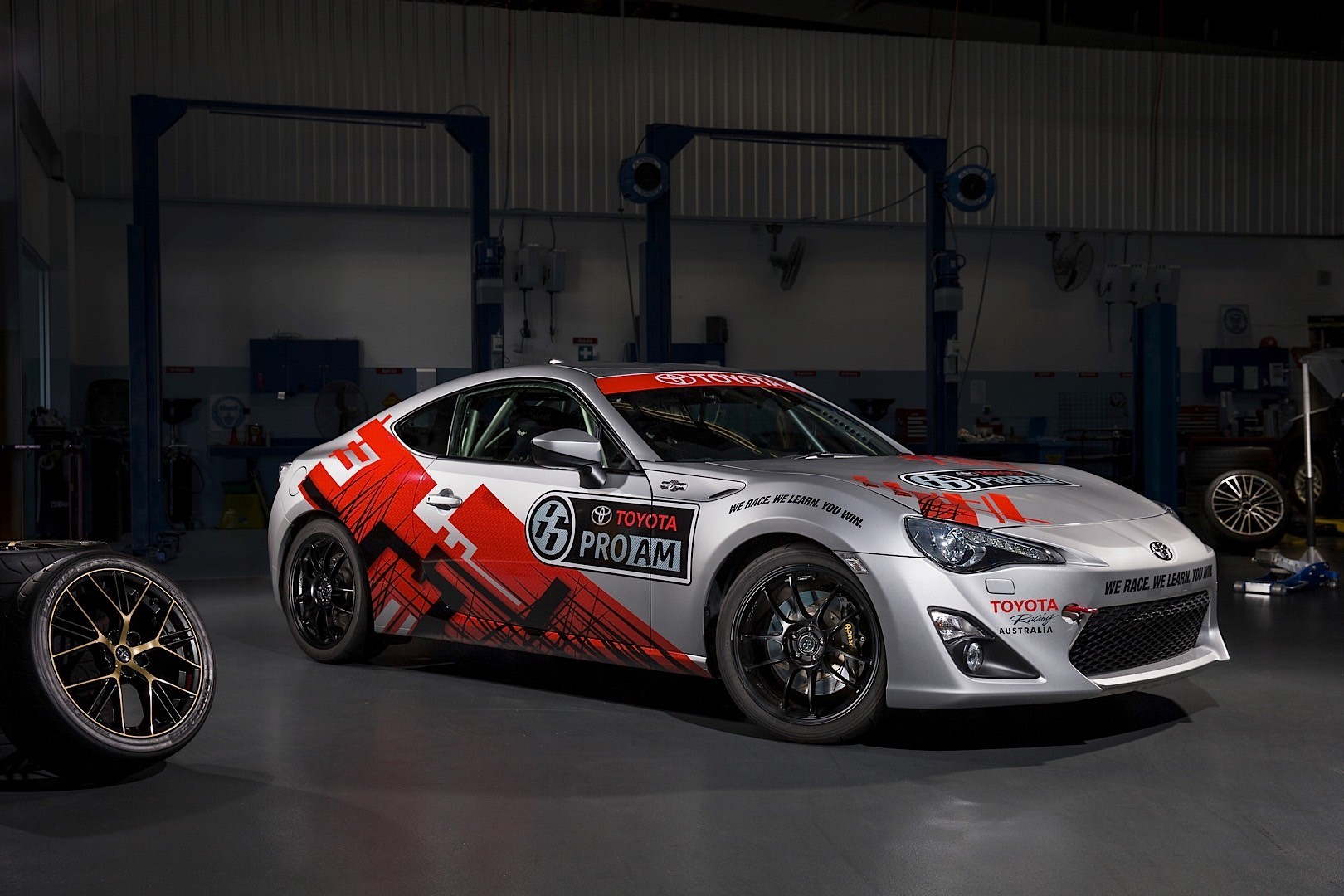 2014 BTCC Launches With Five Toyota Avensis Racecars - autoevolution