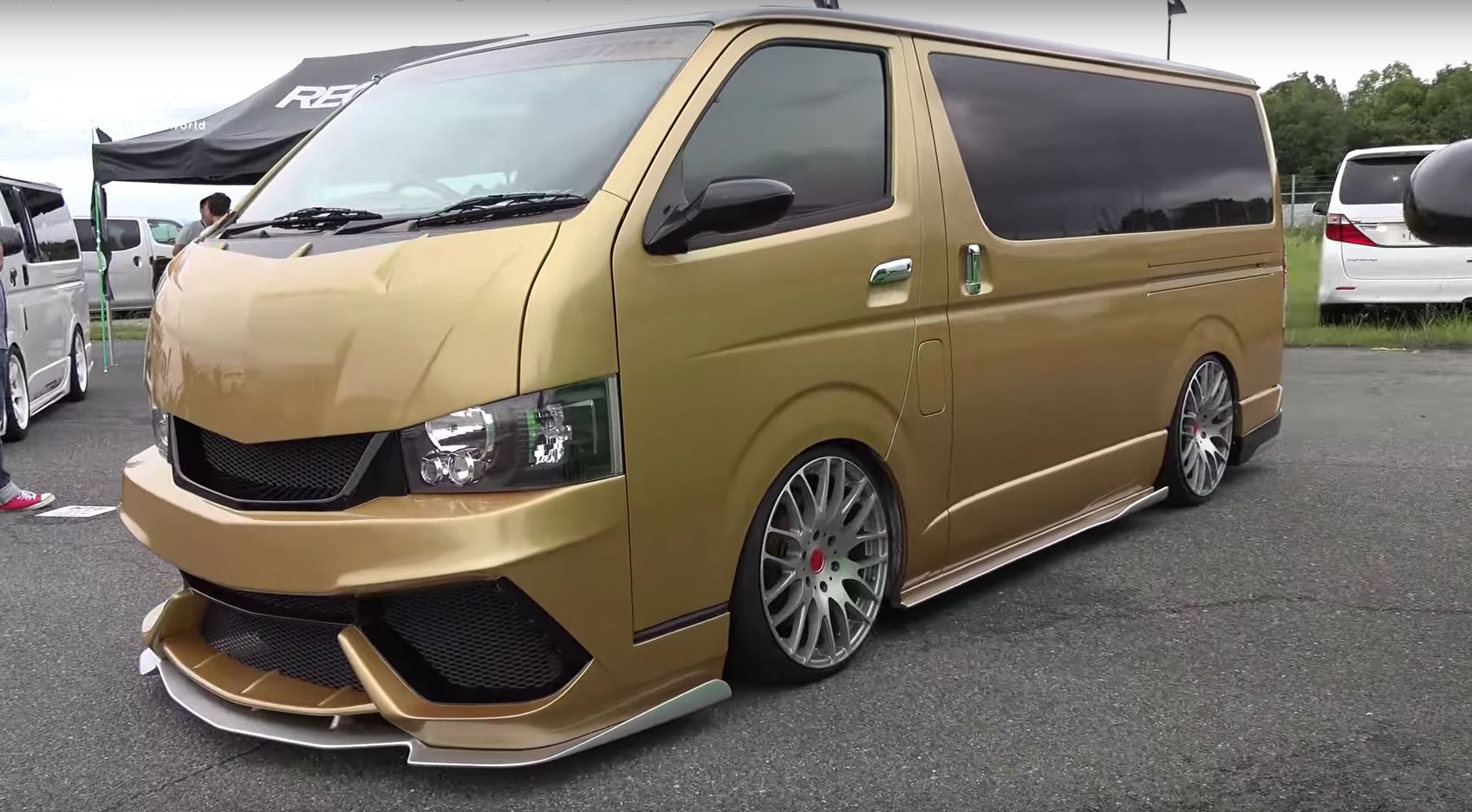 two toyota hiace vans get lamborghini bumpers and paint autoevolution. Black Bedroom Furniture Sets. Home Design Ideas