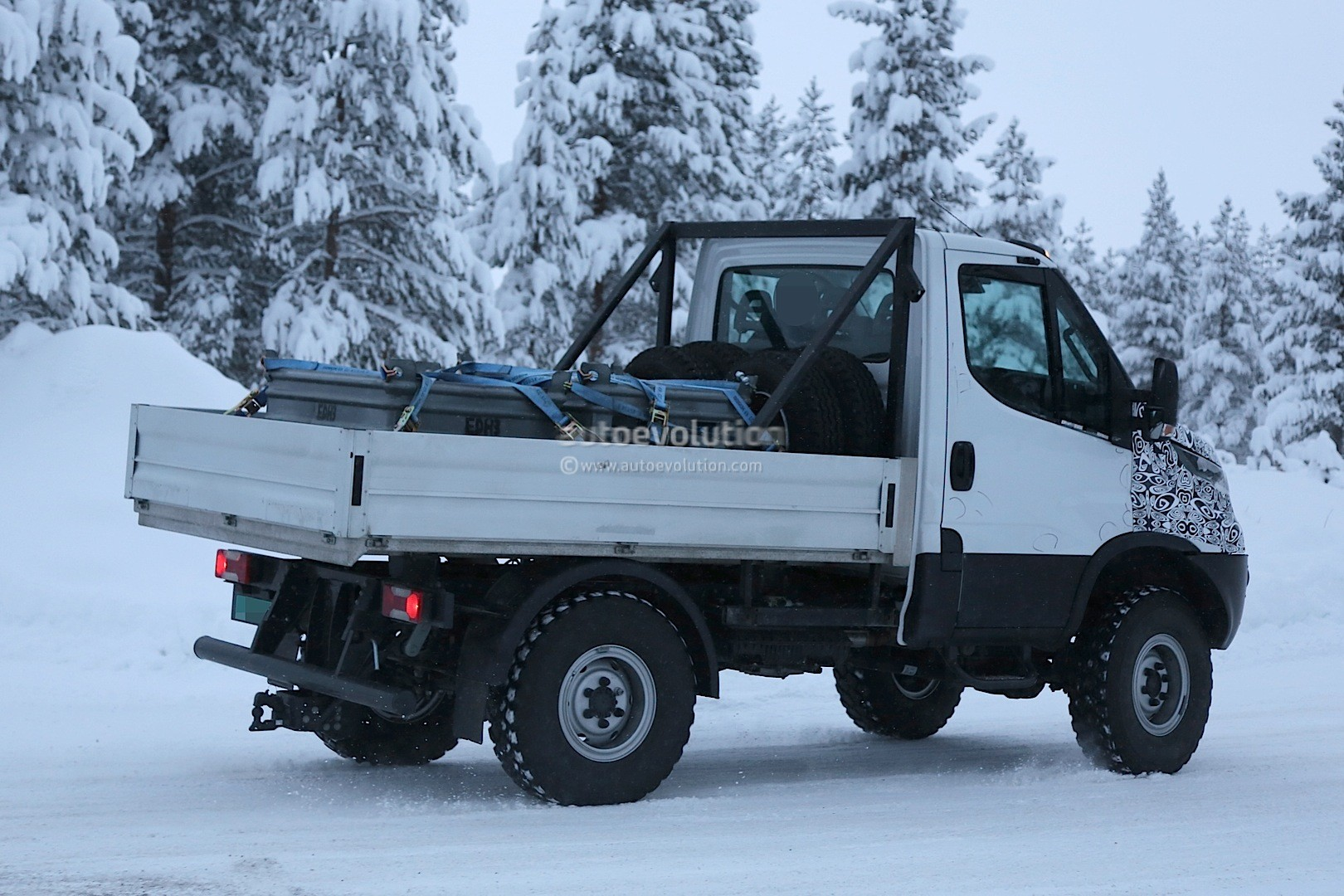 2014 - [Iveco] Daily - Page 3 Unimog-rivaling-iveco-daily-4x4-spied-for-the-first-time-photo-gallery_7