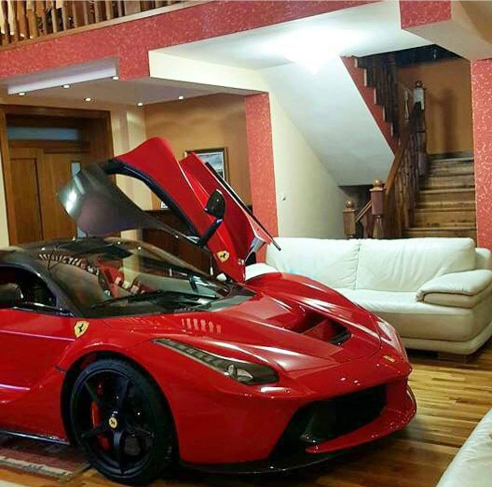 updated laferrari owner keeps his car in the living room autoevolution. Black Bedroom Furniture Sets. Home Design Ideas