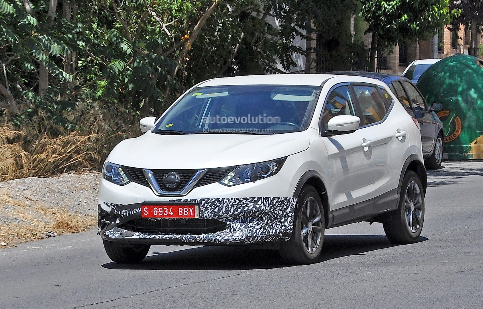 2017 - [Nissan] Qashqai restylé Us-spec-nissan-qashqai-spied-testing-in-spain-with-manlier-styling_2
