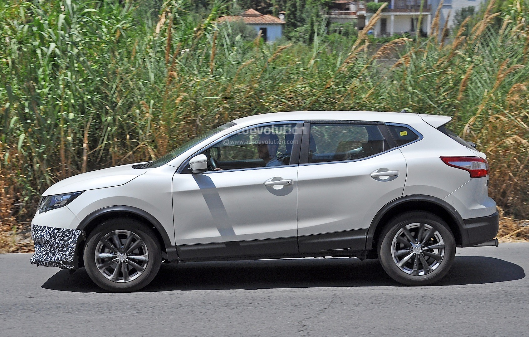 2017 - [Nissan] Qashqai restylé Us-spec-nissan-qashqai-spied-testing-in-spain-with-manlier-styling_4