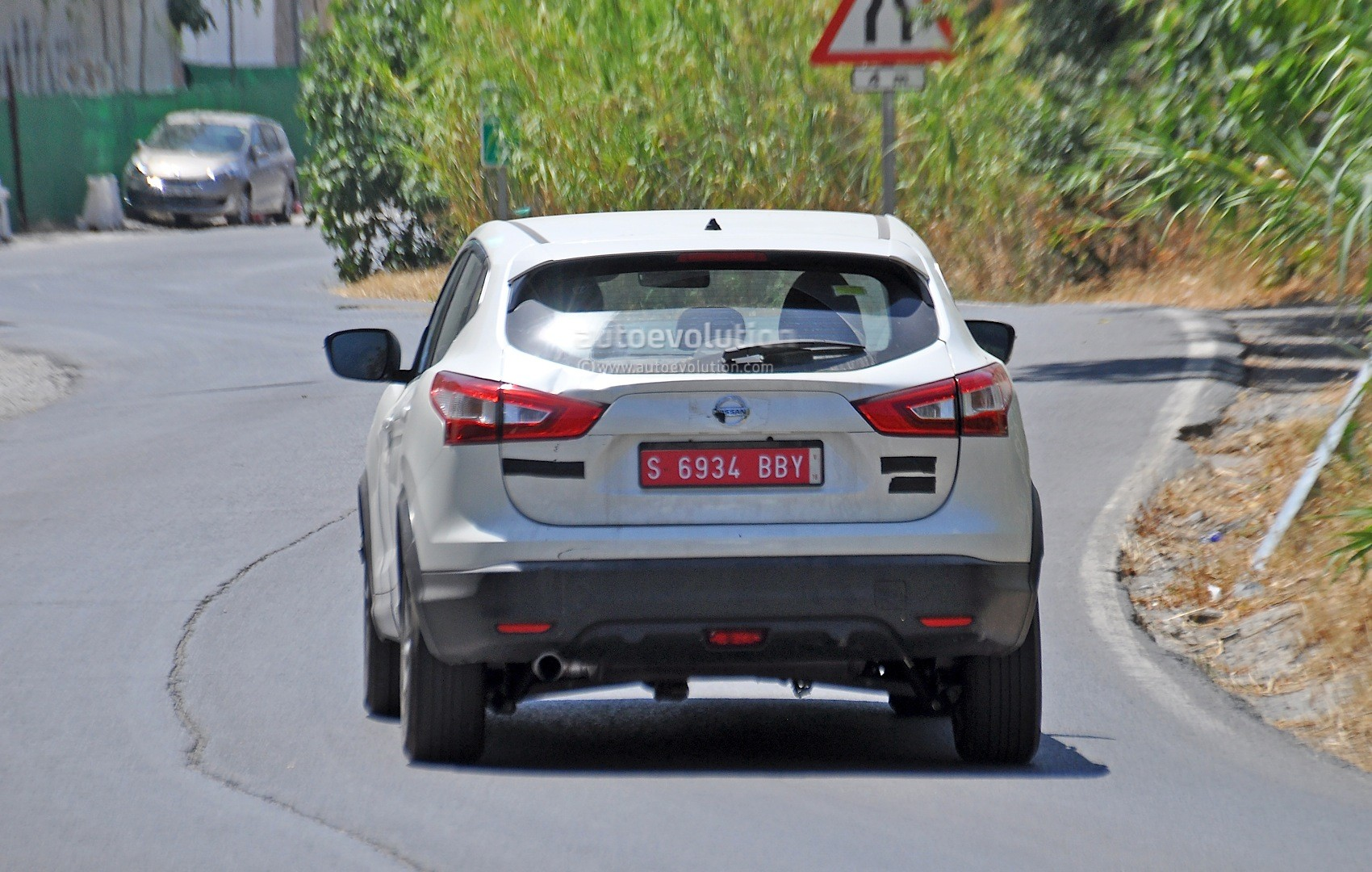 2017 - [Nissan] Qashqai restylé Us-spec-nissan-qashqai-spied-testing-in-spain-with-manlier-styling_6