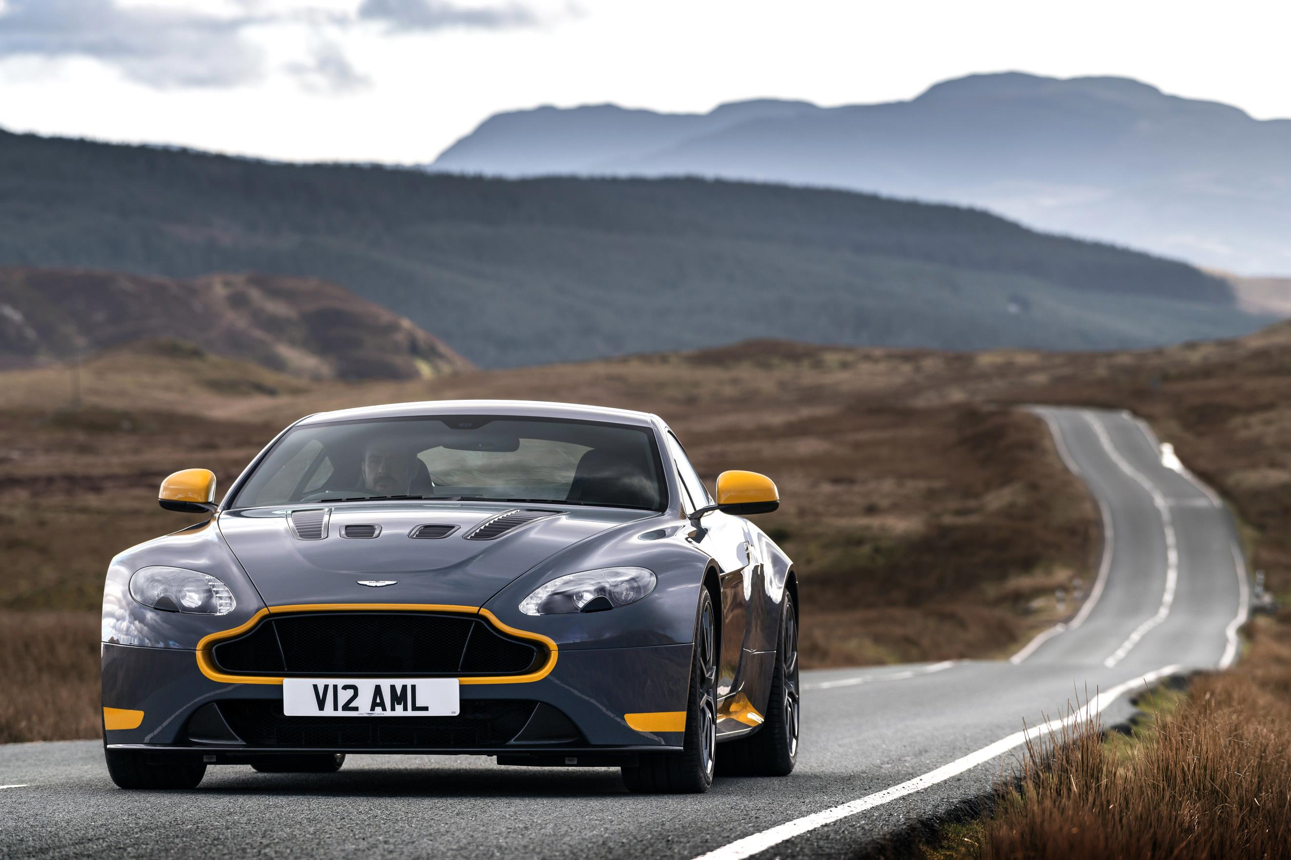 2017 aston martin v12 vantage s available with 7 speed dog leg manual gearbox autoevolution. Black Bedroom Furniture Sets. Home Design Ideas