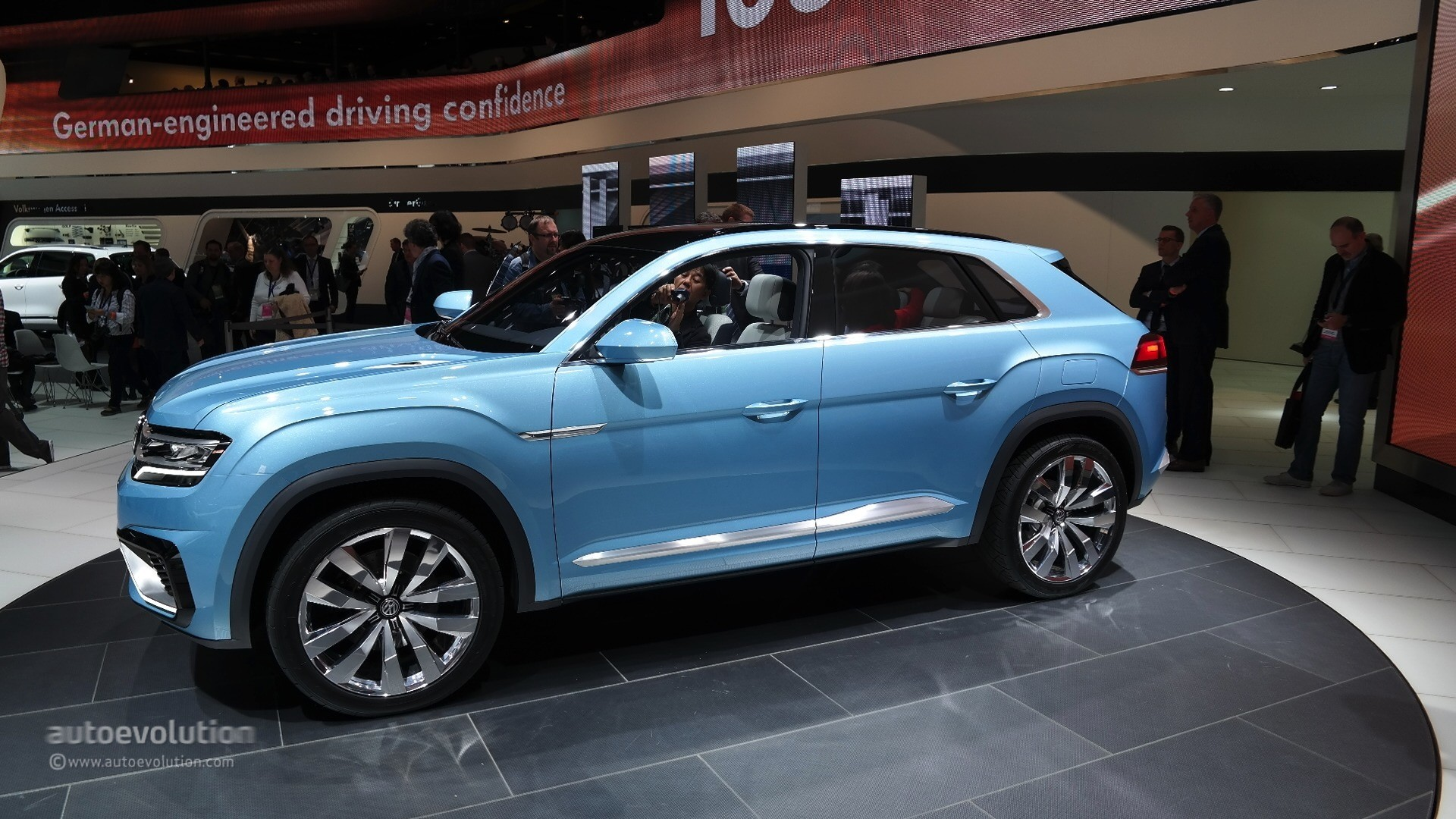 volkswagen cross coupe gte concept up close and personal at detroit auto show live photos. Black Bedroom Furniture Sets. Home Design Ideas