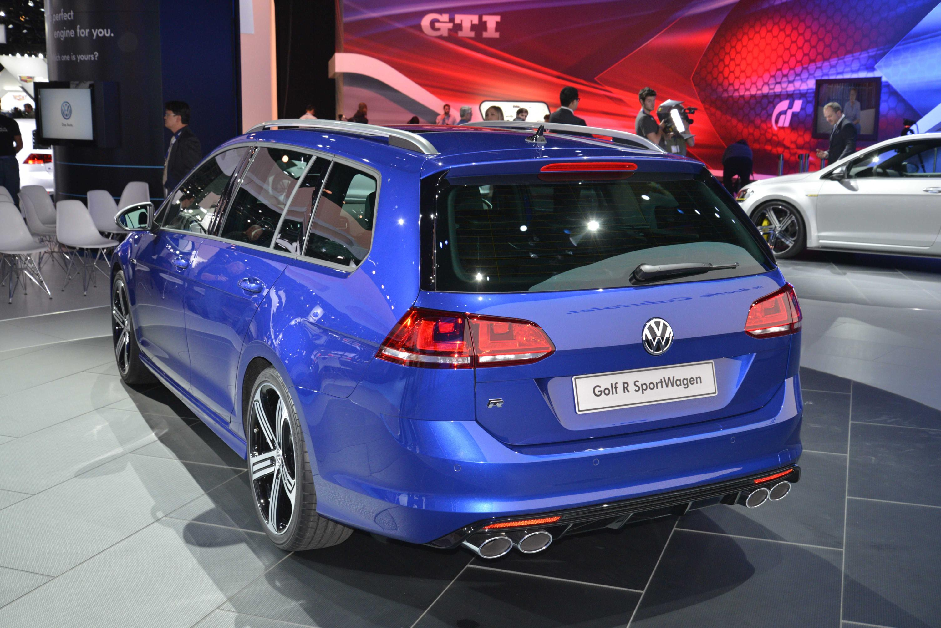 volkswagen golf variant goes from hydrogen green to r performance blue in la live photos. Black Bedroom Furniture Sets. Home Design Ideas