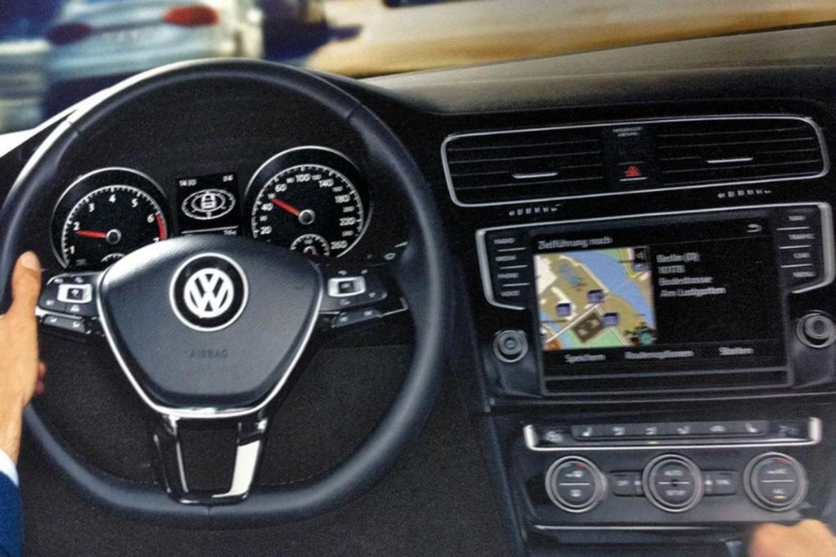 Volkswagen golf vii first images leaked updated for Interieur golf 7