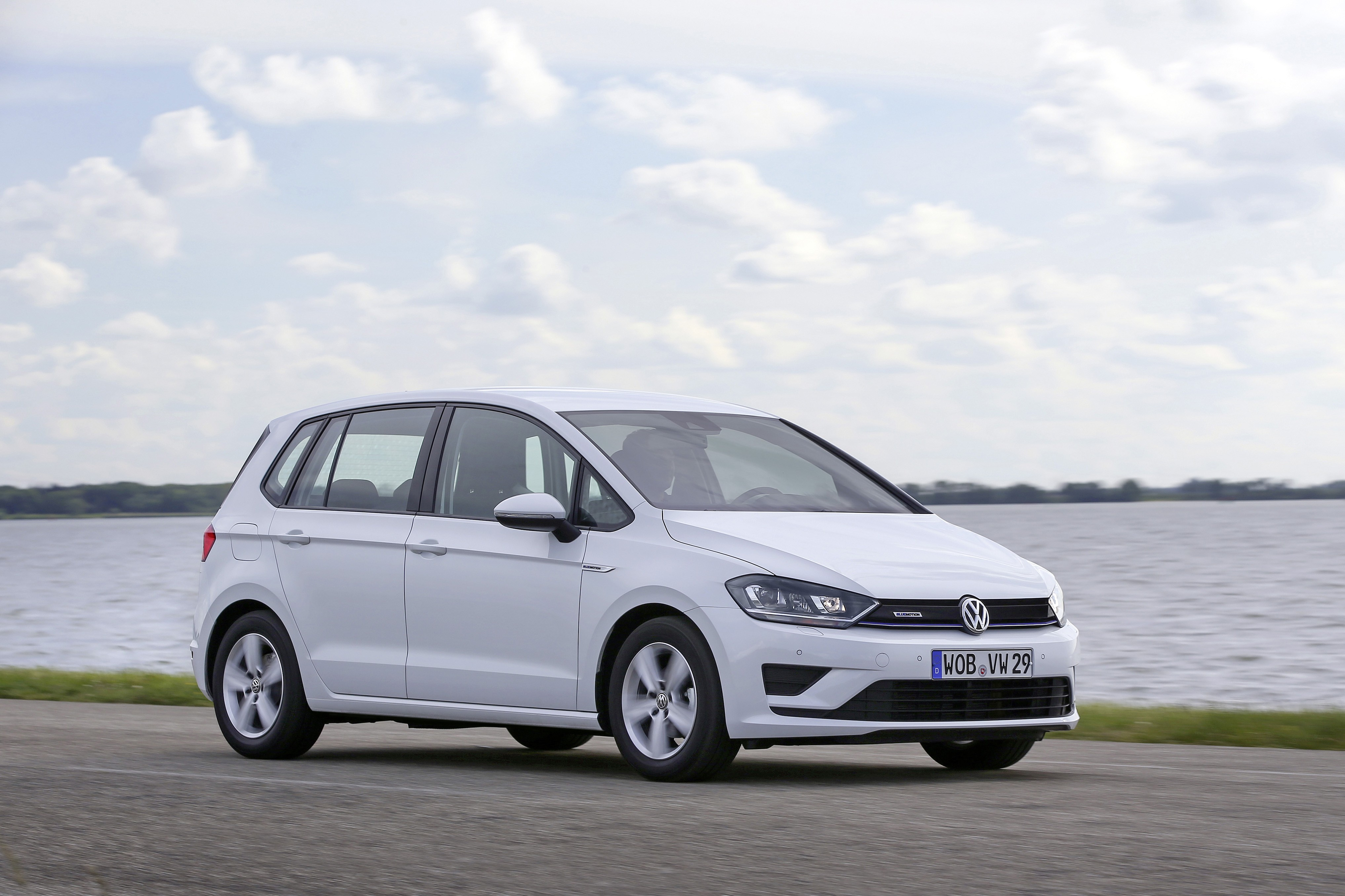 volkswagen reveals golf sportsvan tsi bluemotion with 1. Black Bedroom Furniture Sets. Home Design Ideas