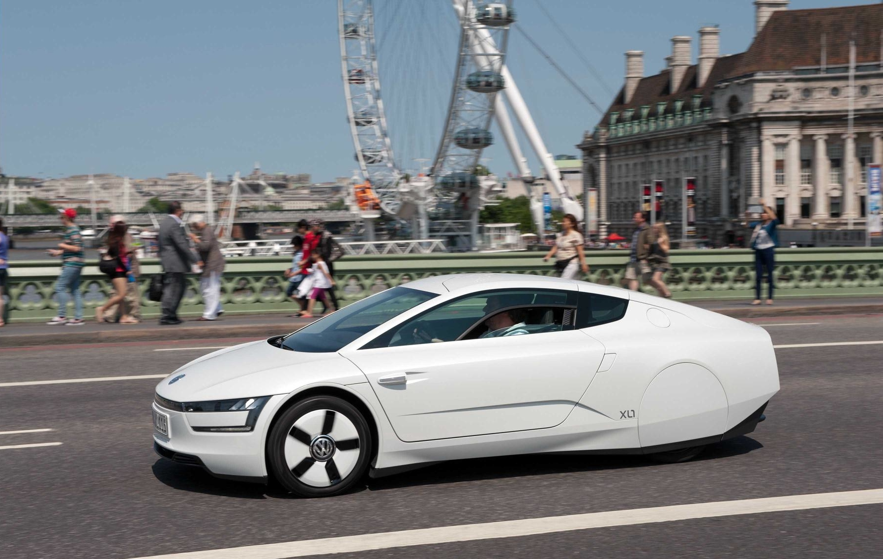 volkswagen xl1 hybrid visits london video autoevolution. Black Bedroom Furniture Sets. Home Design Ideas